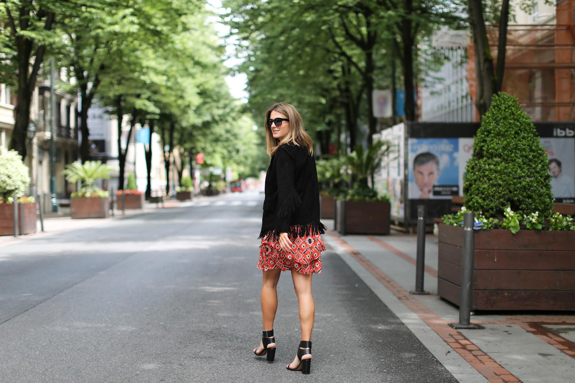 clochet_streetstyle_maje_suede-fringedjacket_hakeisilkskirt_celine_sunglasses