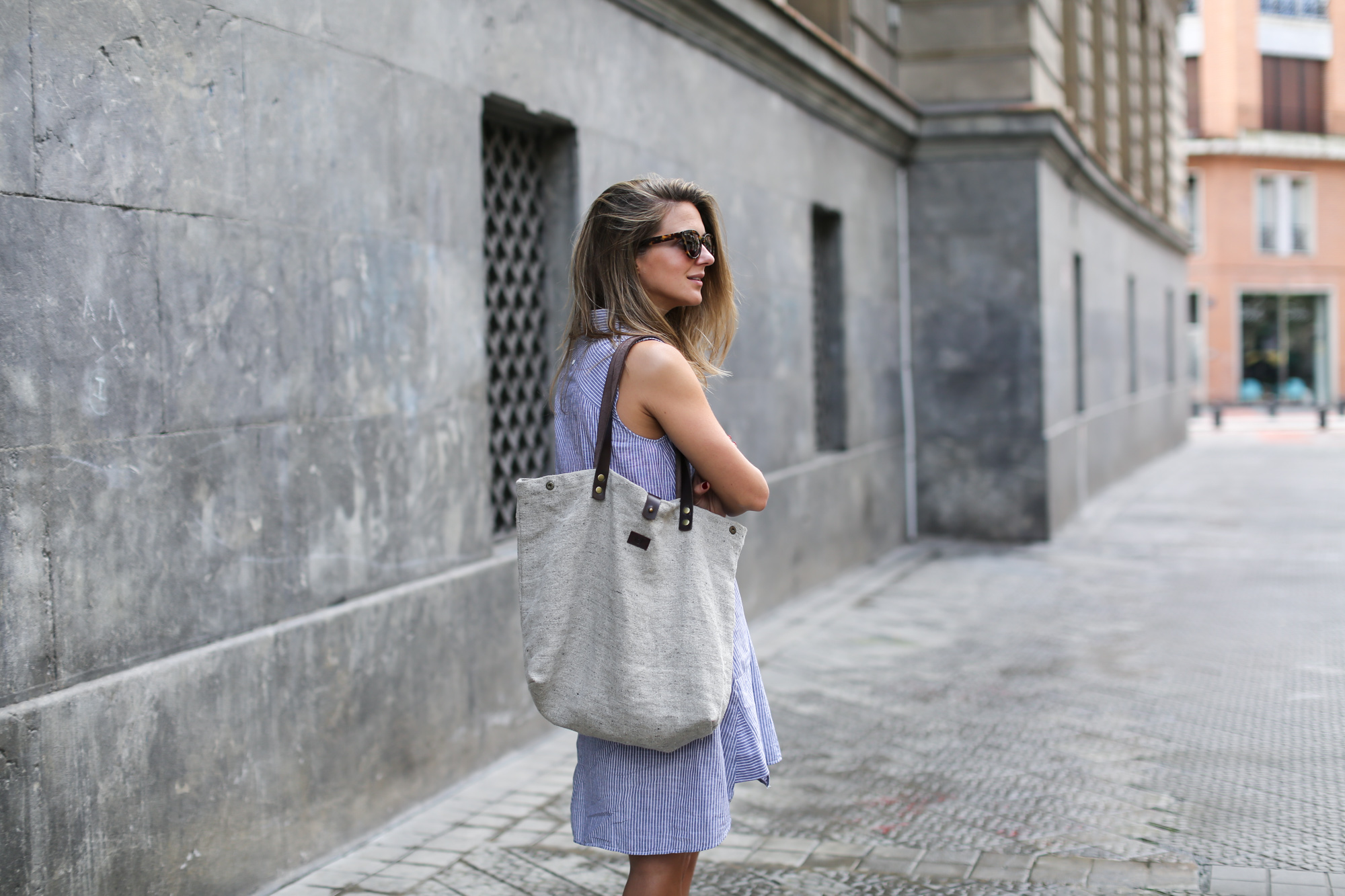 clochet_streetstyle_zara_linenshirtdress_mgbags_linentotebag_thefabsunglasses-5
