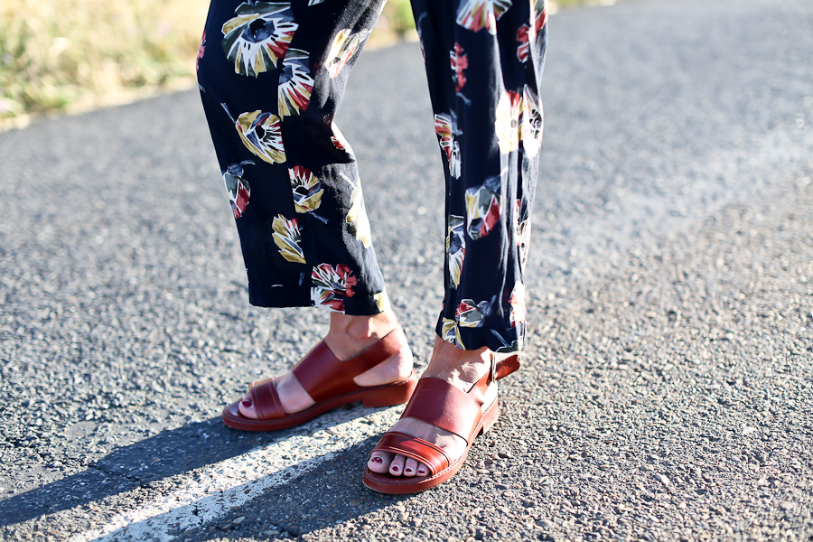 Clochet_streetstyle_zara_flowers_printed_jumpsuit_flat_sandals-8