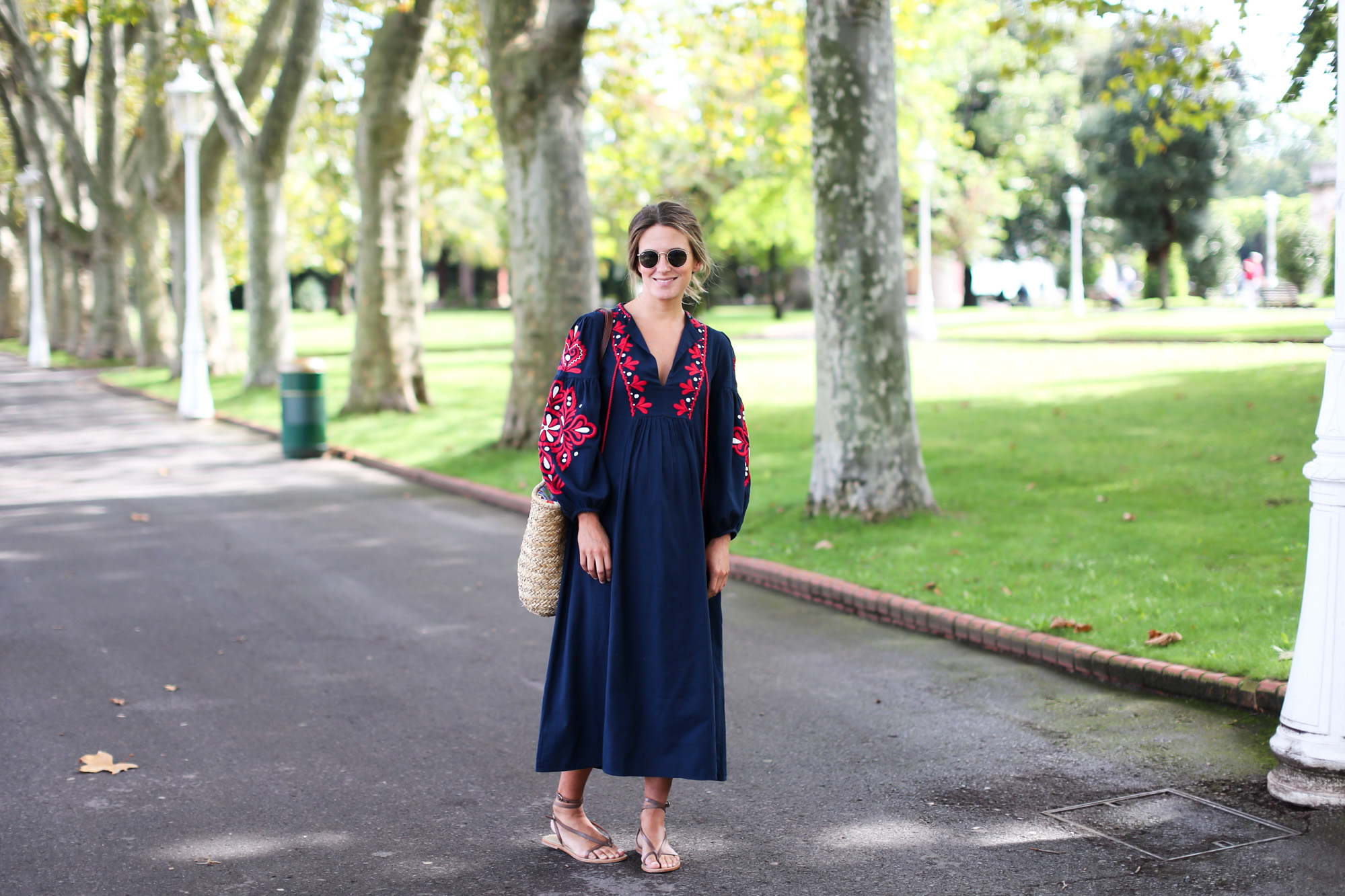 Clochet_streetstyle_fashionblogger_bilbao_zara_embroided_traditional_dress_strawbag-2