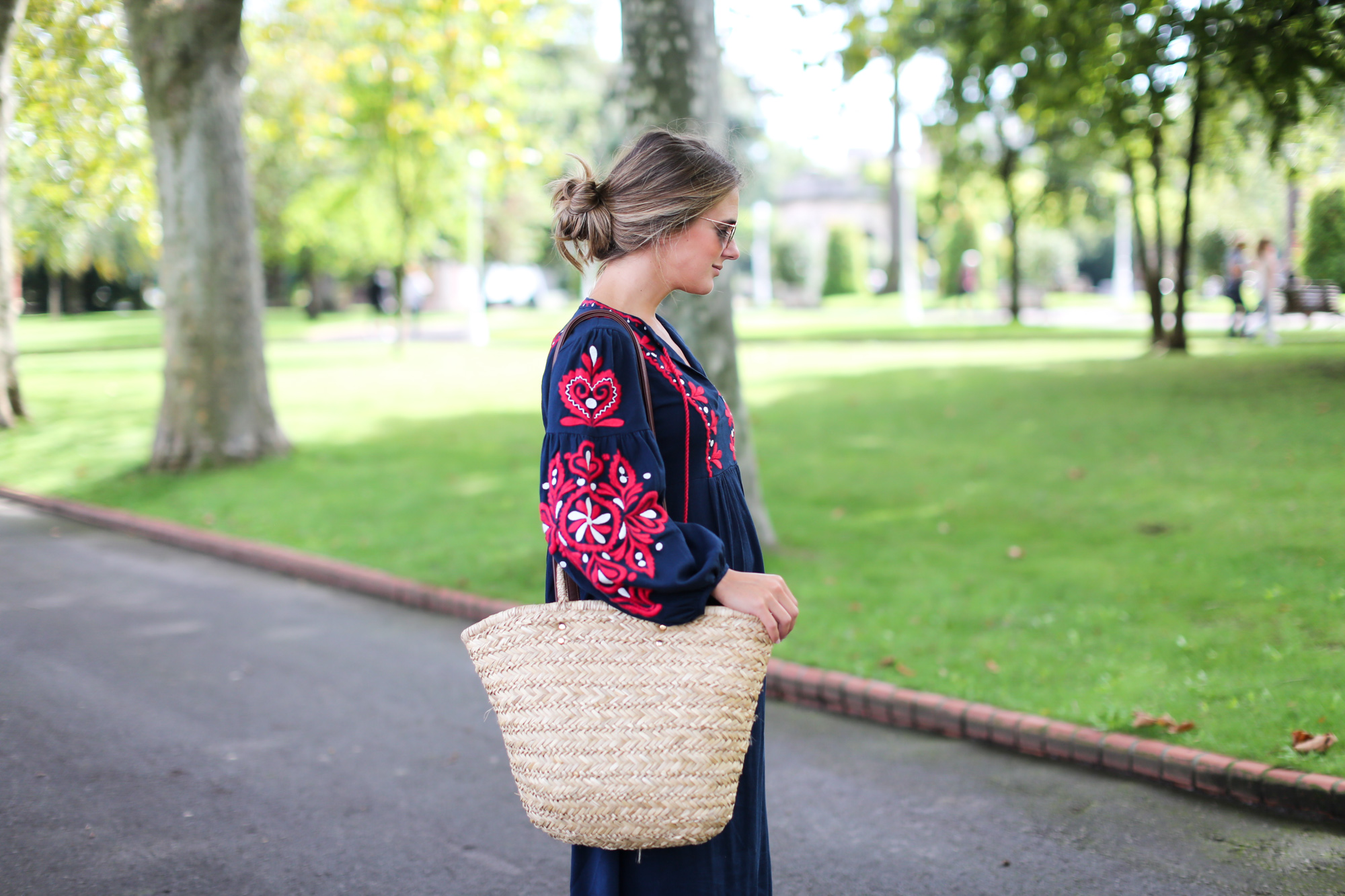 Clochet_streetstyle_fashionblogger_bilbao_zara_embroided_traditional_dress_strawbag-3