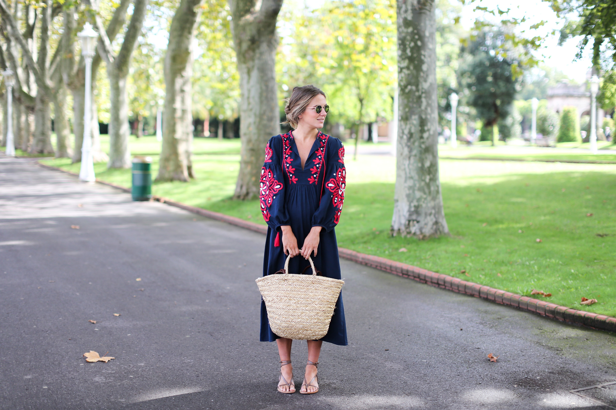 Clochet_streetstyle_fashionblogger_bilbao_zara_embroided_traditional_dress_strawbag-4