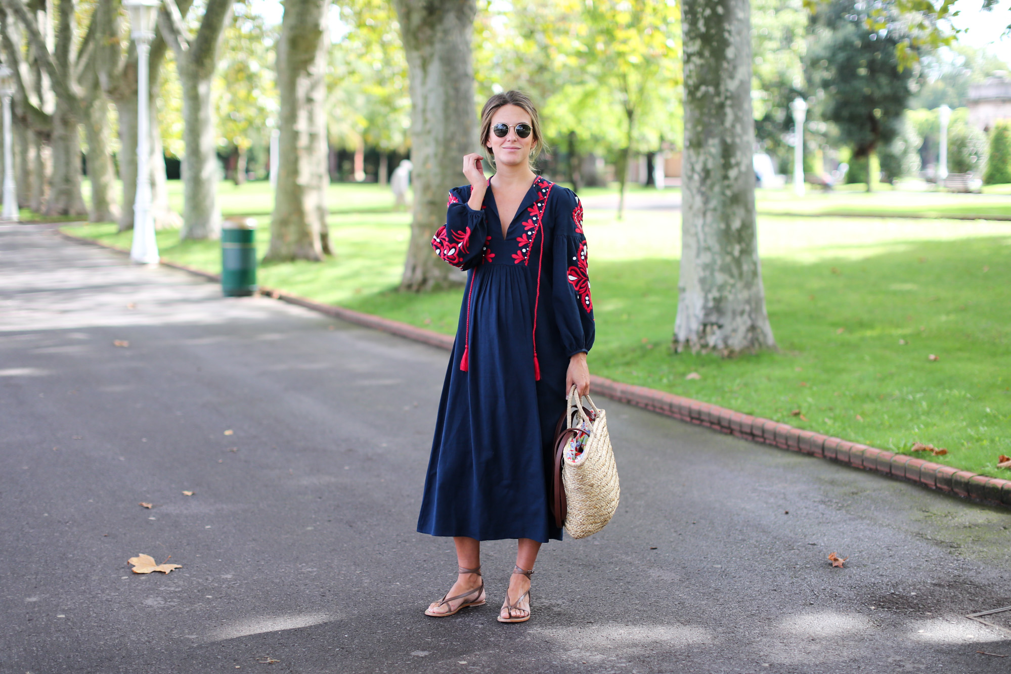 Clochet_streetstyle_fashionblogger_bilbao_zara_embroided_traditional_dress_strawbag-5