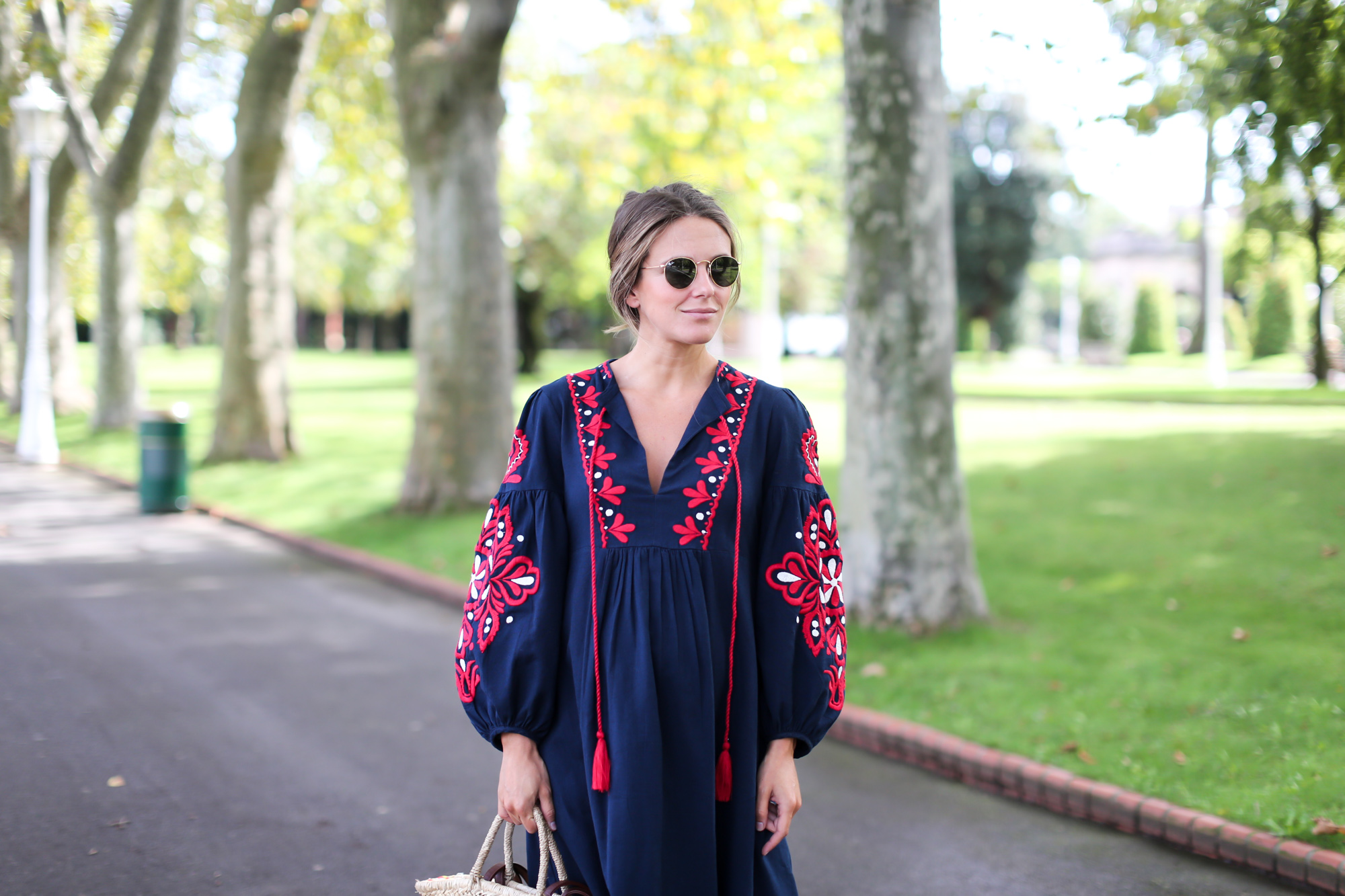 Clochet_streetstyle_fashionblogger_bilbao_zara_embroided_traditional_dress_strawbag-6