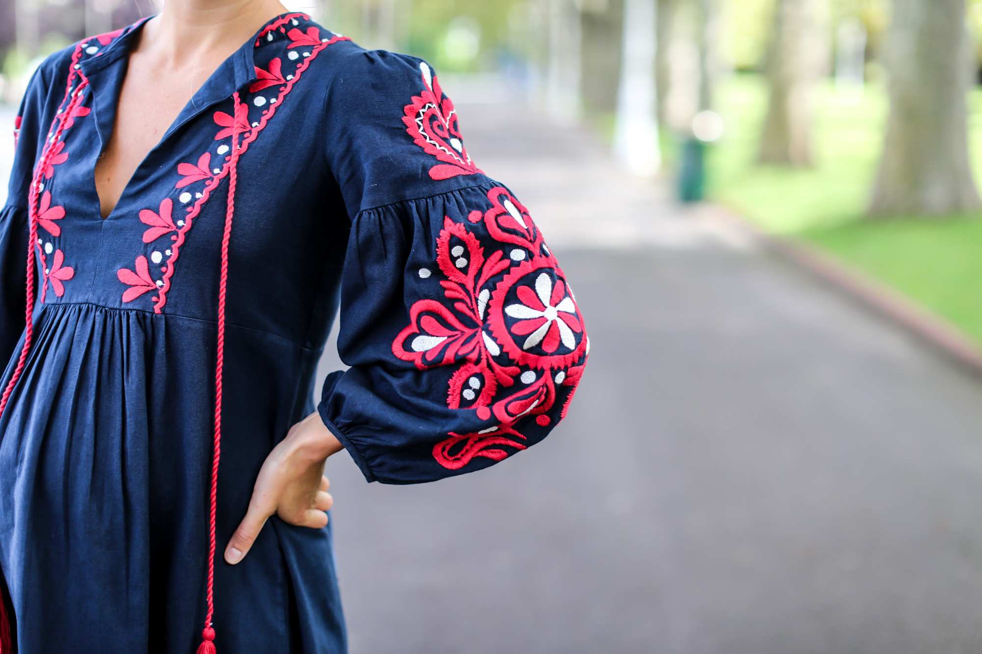 Clochet_streetstyle_fashionblogger_bilbao_zara_embroided_traditional_dress_strawbag-7