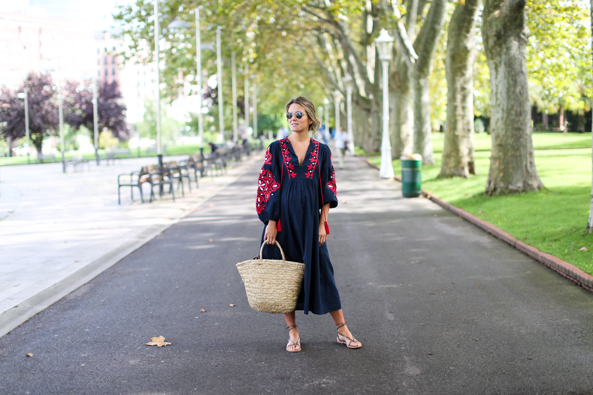 Clochet_streetstyle_fashionblogger_bilbao_zara_embroided_traditional_dress_strawbag