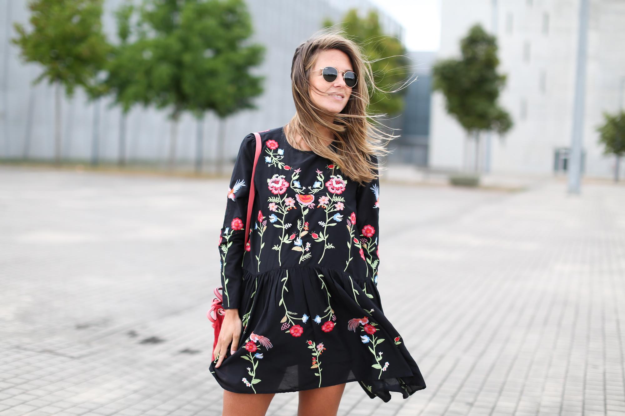 Clochet_streetstyle_fashionblogger_zaraembroidedminidress_titamadrid_miniparadis-4