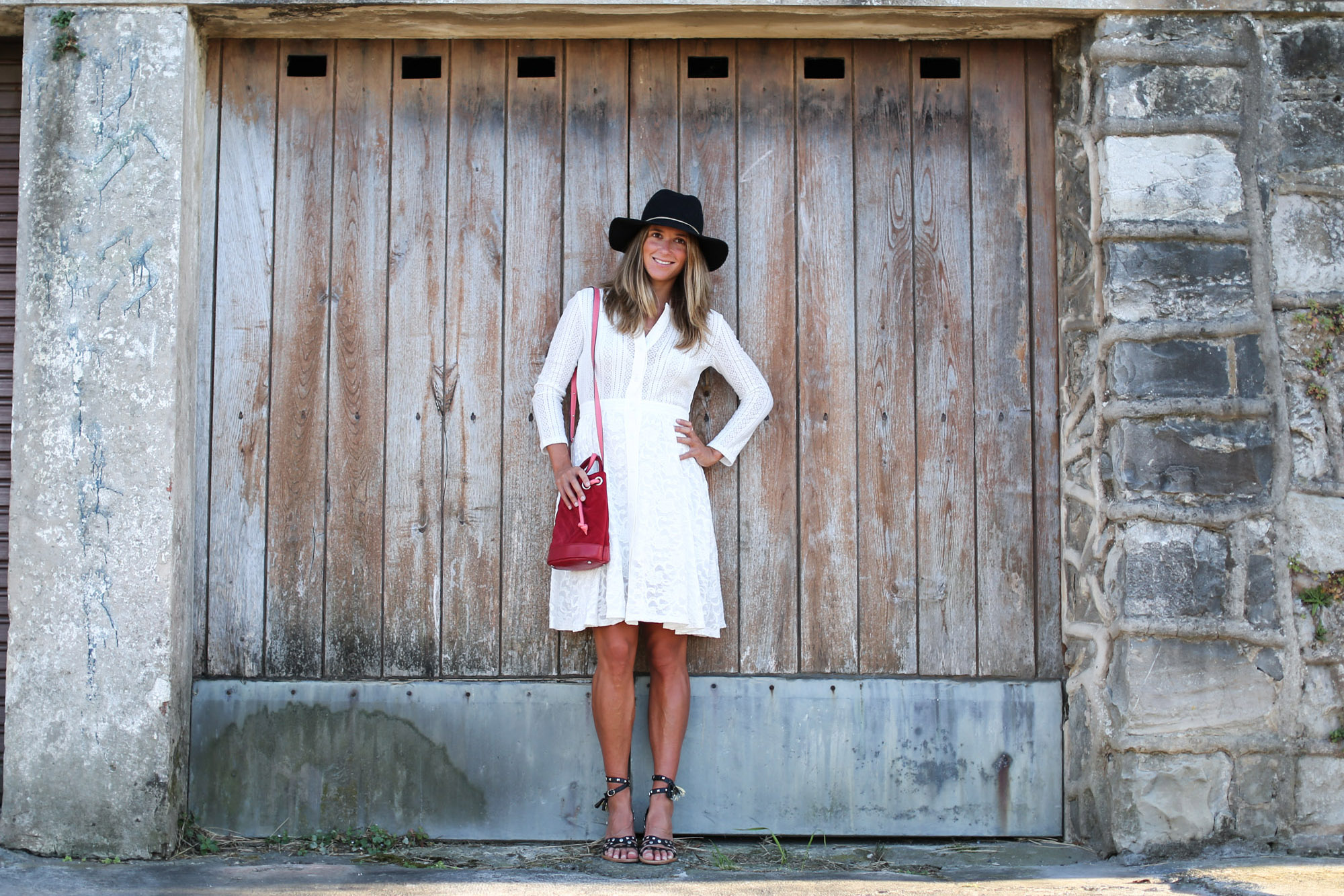 clochet_streetstyle_maje_white_bohodress_titamadrid_bucketbag-2