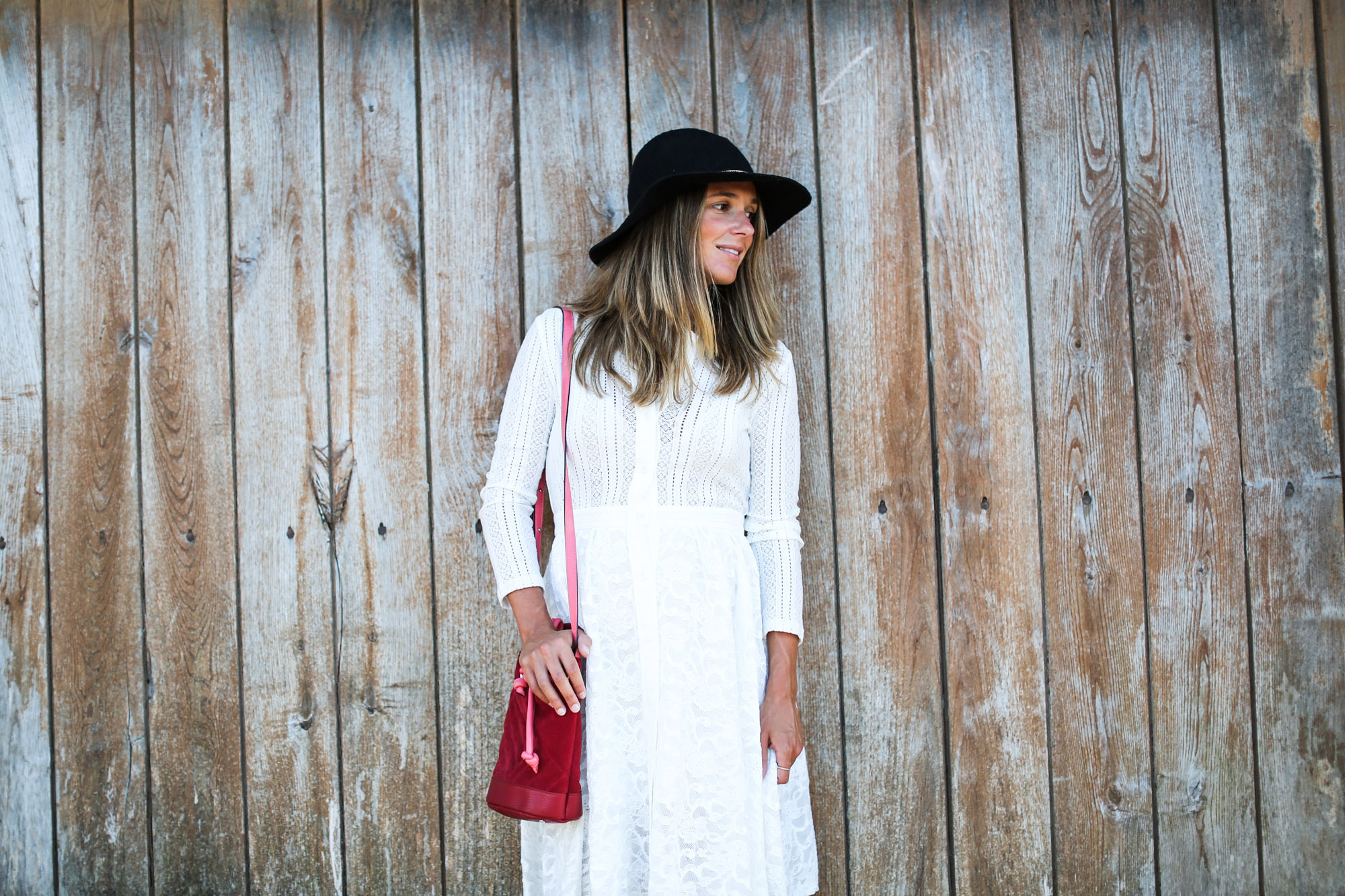 clochet_streetstyle_maje_white_bohodress_titamadrid_bucketbag-3
