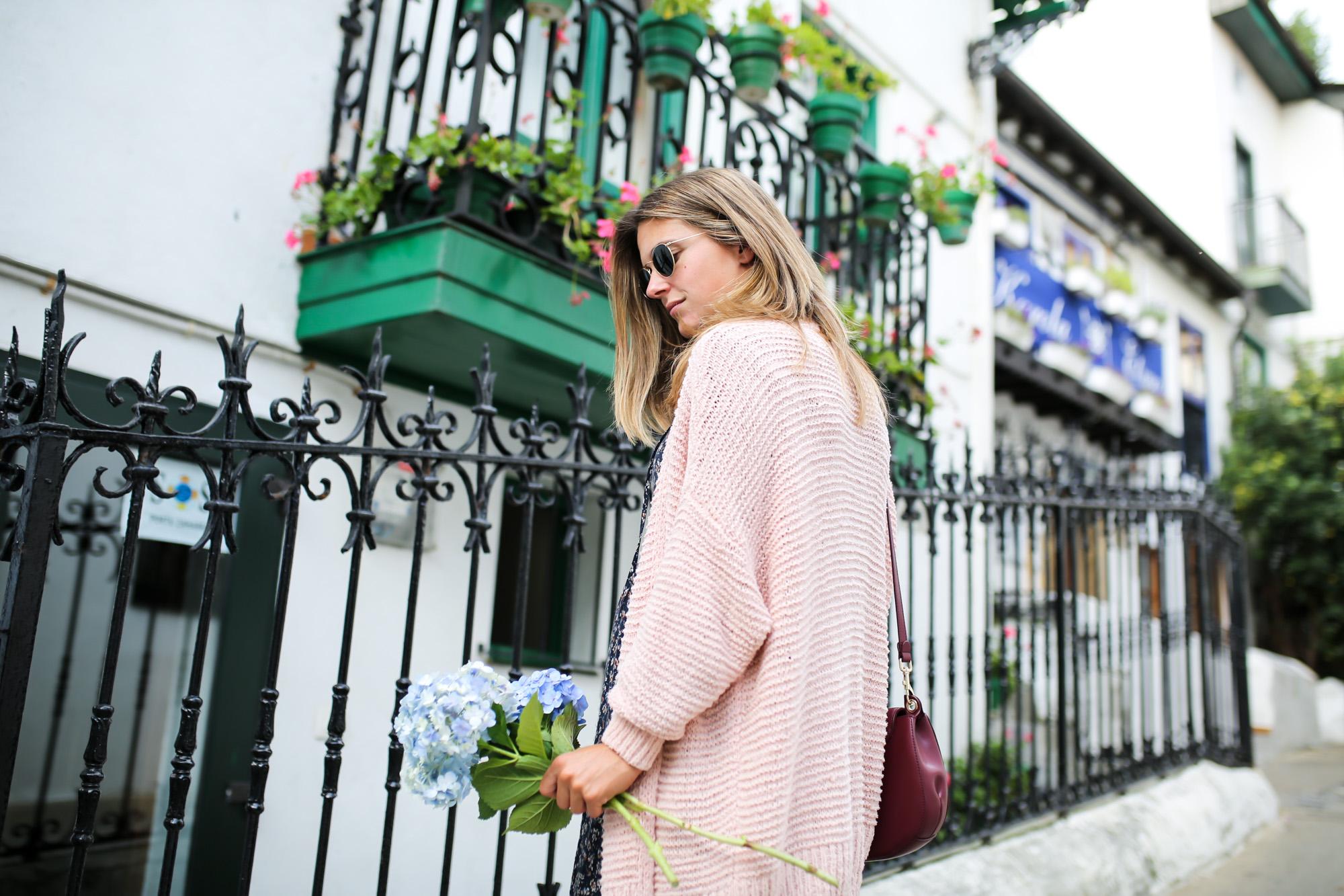 Clochet_streetstyle_fashionblogger_eseoese_flowerprintmididress_converse_americanvintage_pinkknit-2