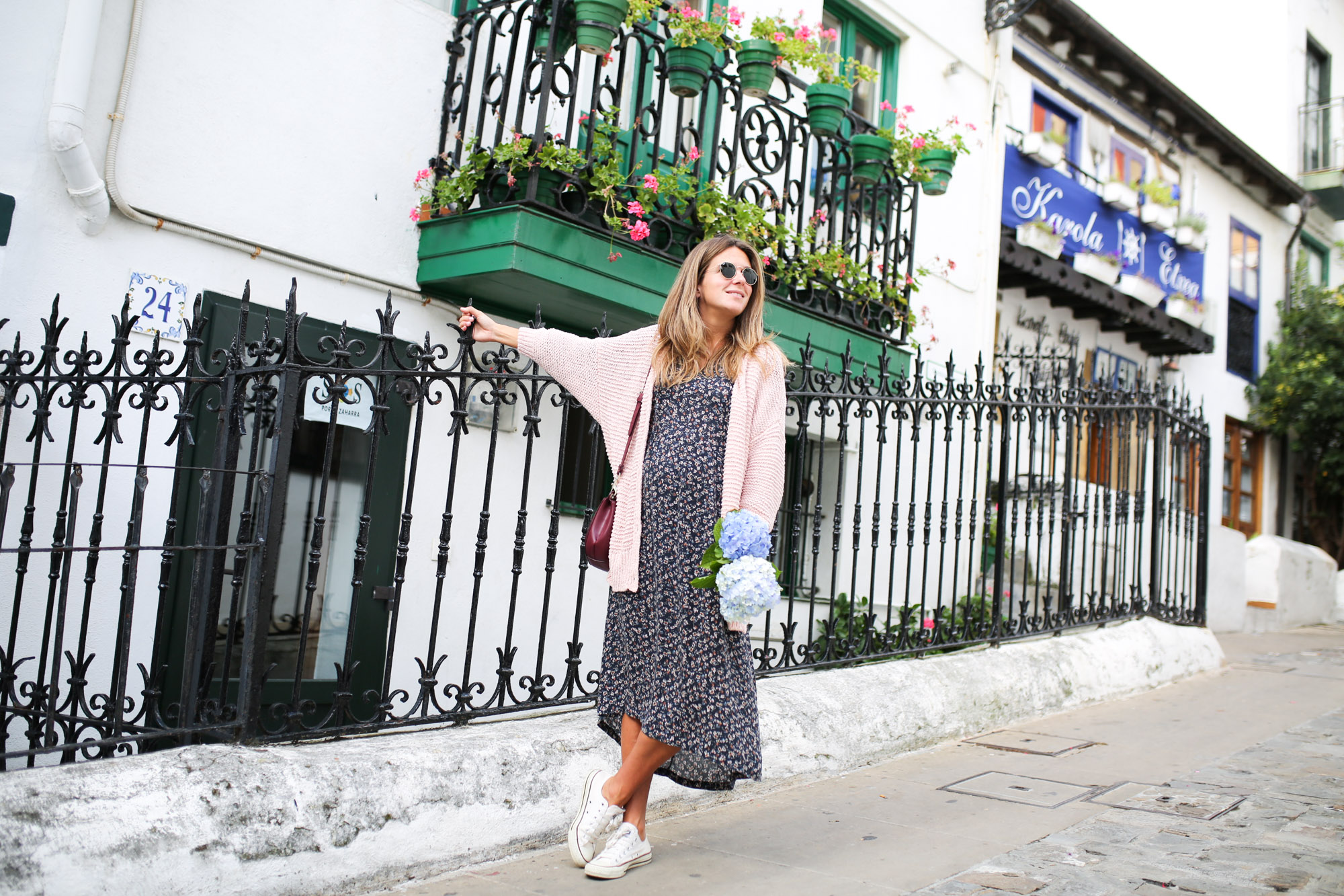 Clochet_streetstyle_fashionblogger_eseoese_flowerprintmididress_converse_americanvintage_pinkknit-5