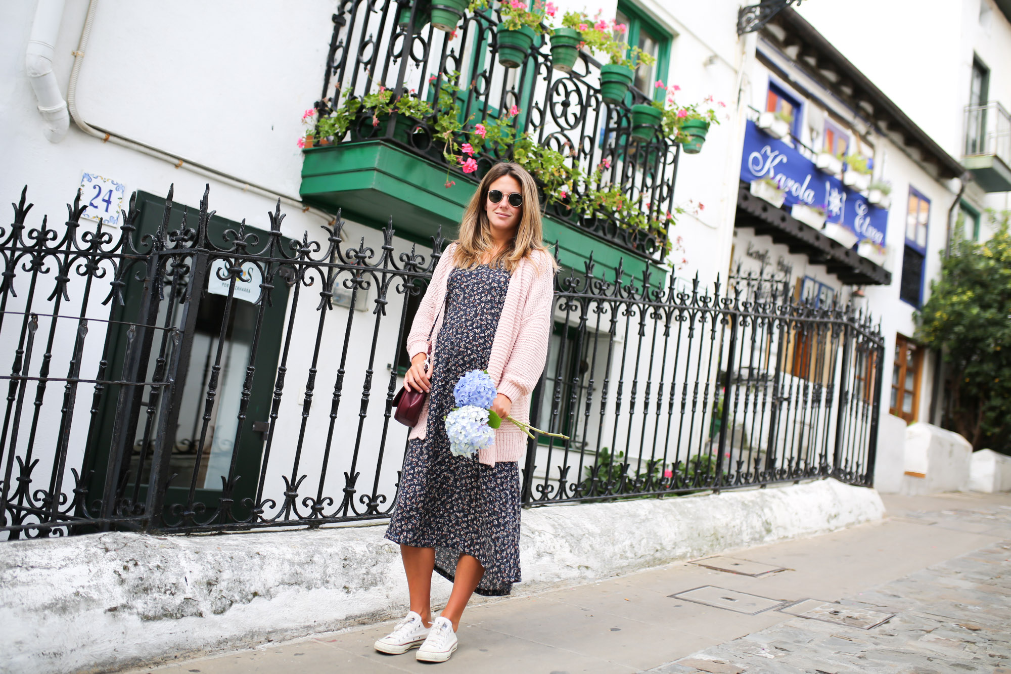 Clochet_streetstyle_fashionblogger_eseoese_flowerprintmididress_converse_americanvintage_pinkknit-6