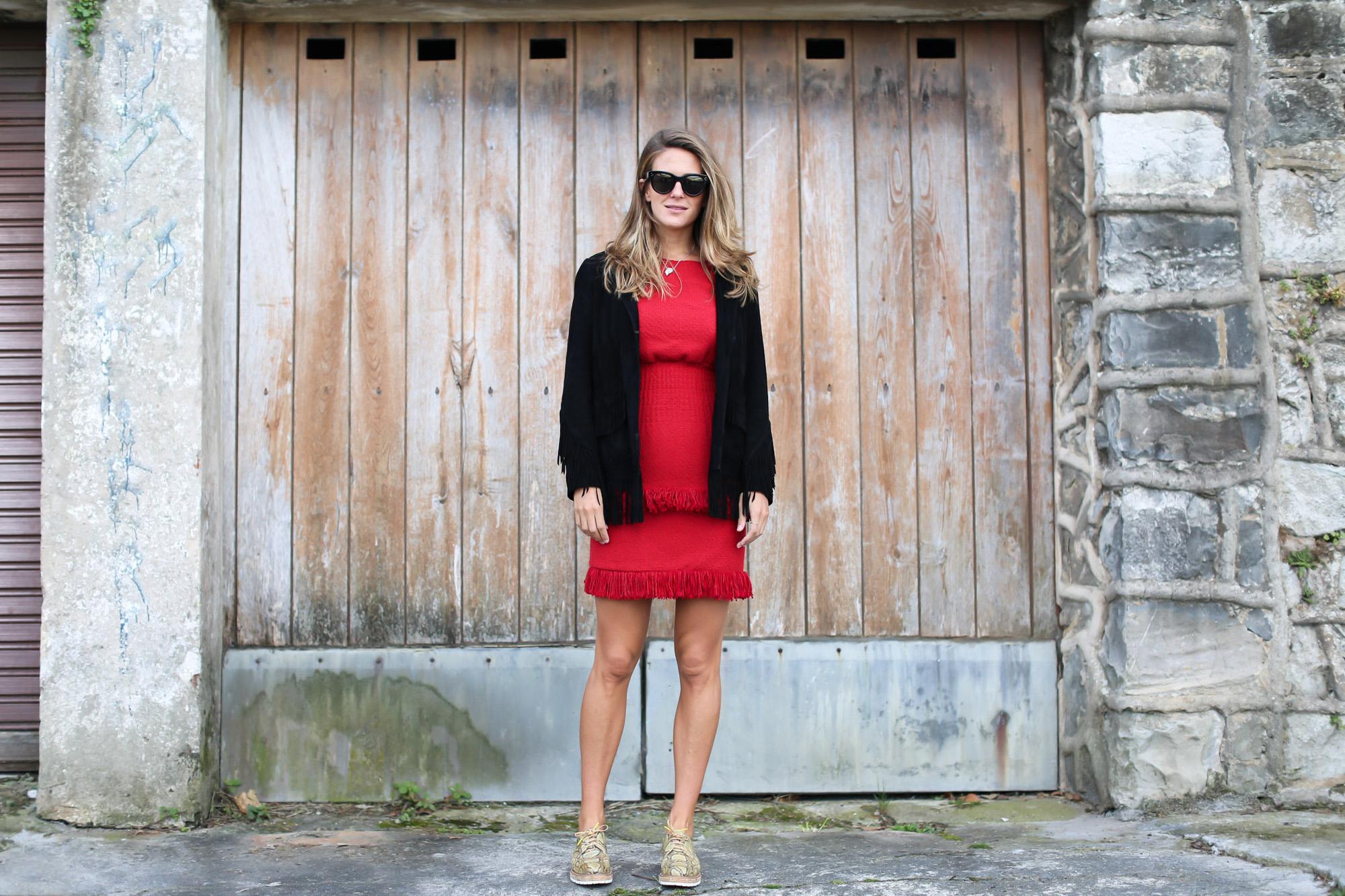 clochet_streetstyle_fashioblogger_maje_paris_reddress_majesuedefringedjacket_pertini_brogues_celine_sunglasses