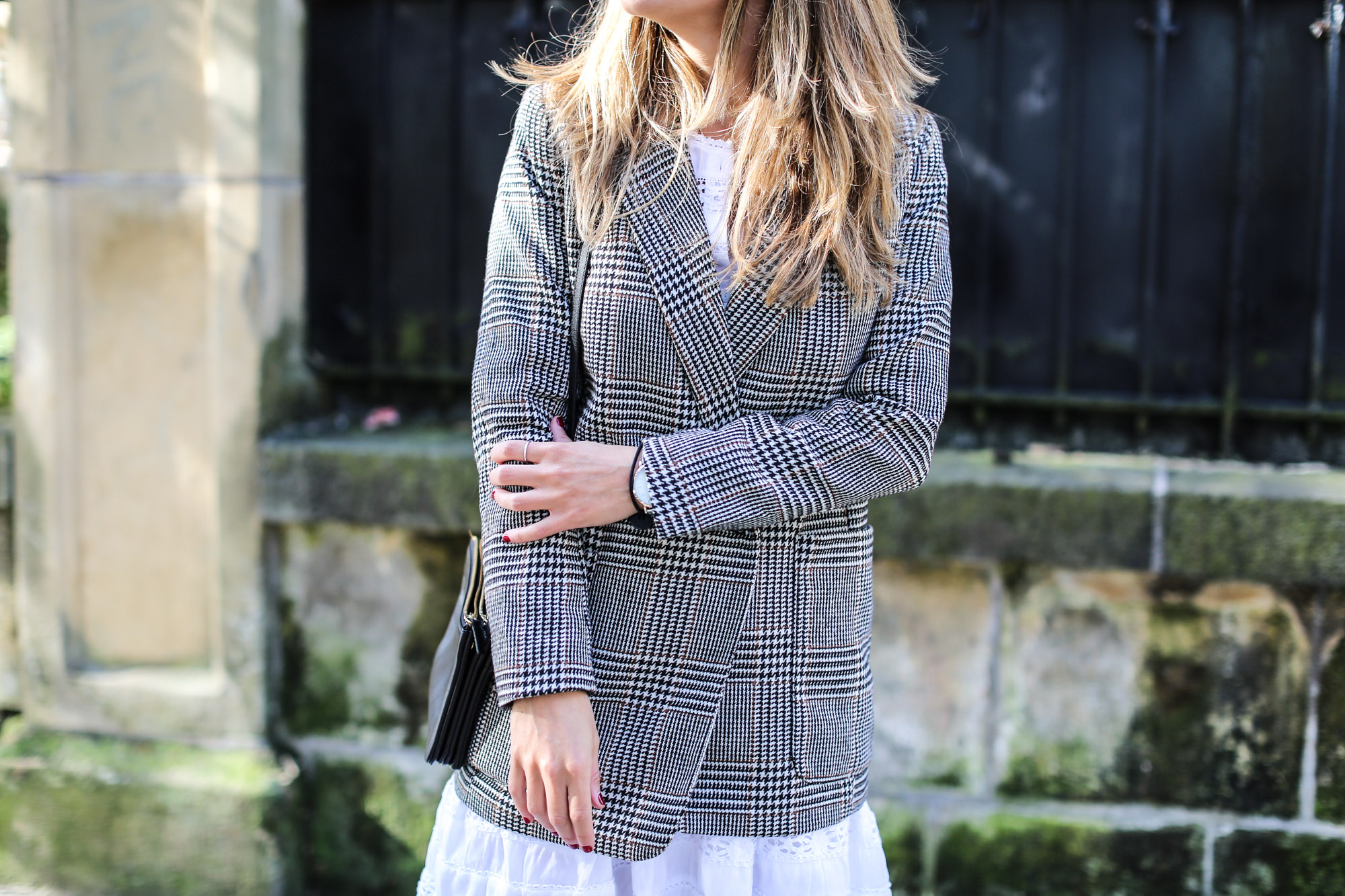 clochet_streetstyle_fashioblogger_h&m_check_wool_blazer_chicwish_whitebohodress_goldengoosedeluxebrandsneakers-3