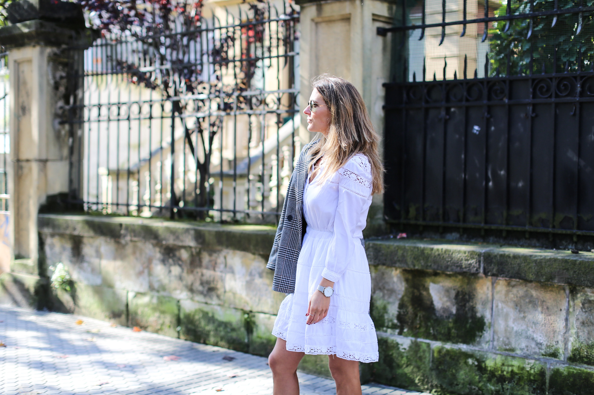 clochet_streetstyle_fashioblogger_h&m_check_wool_blazer_chicwish_whitebohodress_goldengoosedeluxebrandsneakers-5