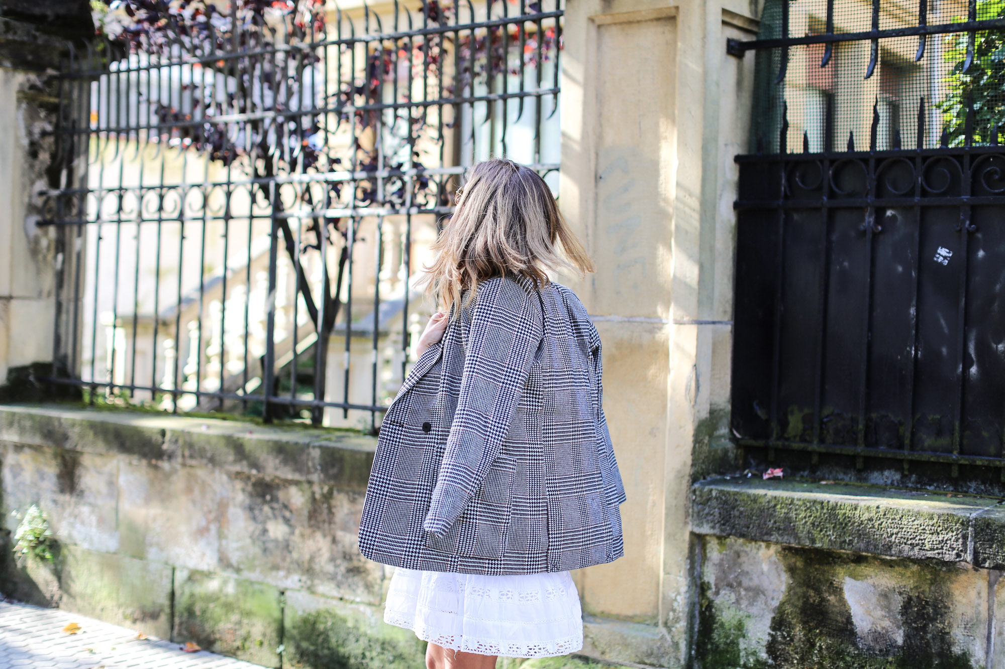 clochet_streetstyle_fashioblogger_h&m_check_wool_blazer_chicwish_whitebohodress_goldengoosedeluxebrandsneakers-8
