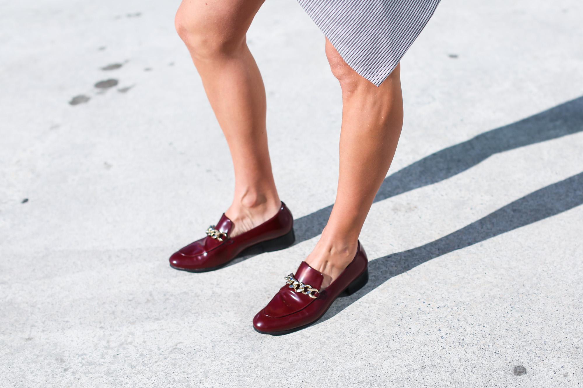 clochet_streetstyle_fashionblogger_leatherloafers_zara_asymmetric_toothgooseminiskirt-8
