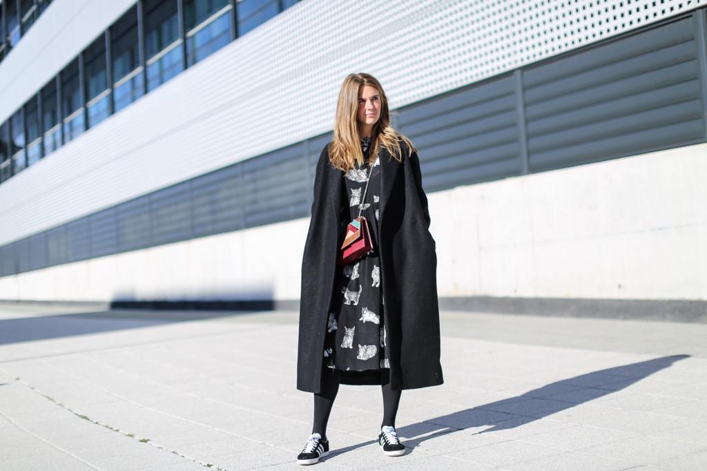 Clochet_fashionblogger_streetstyle_zaracatsprintdmididress_coslongwoolcoat_adidasgazelle_titamadridspiga