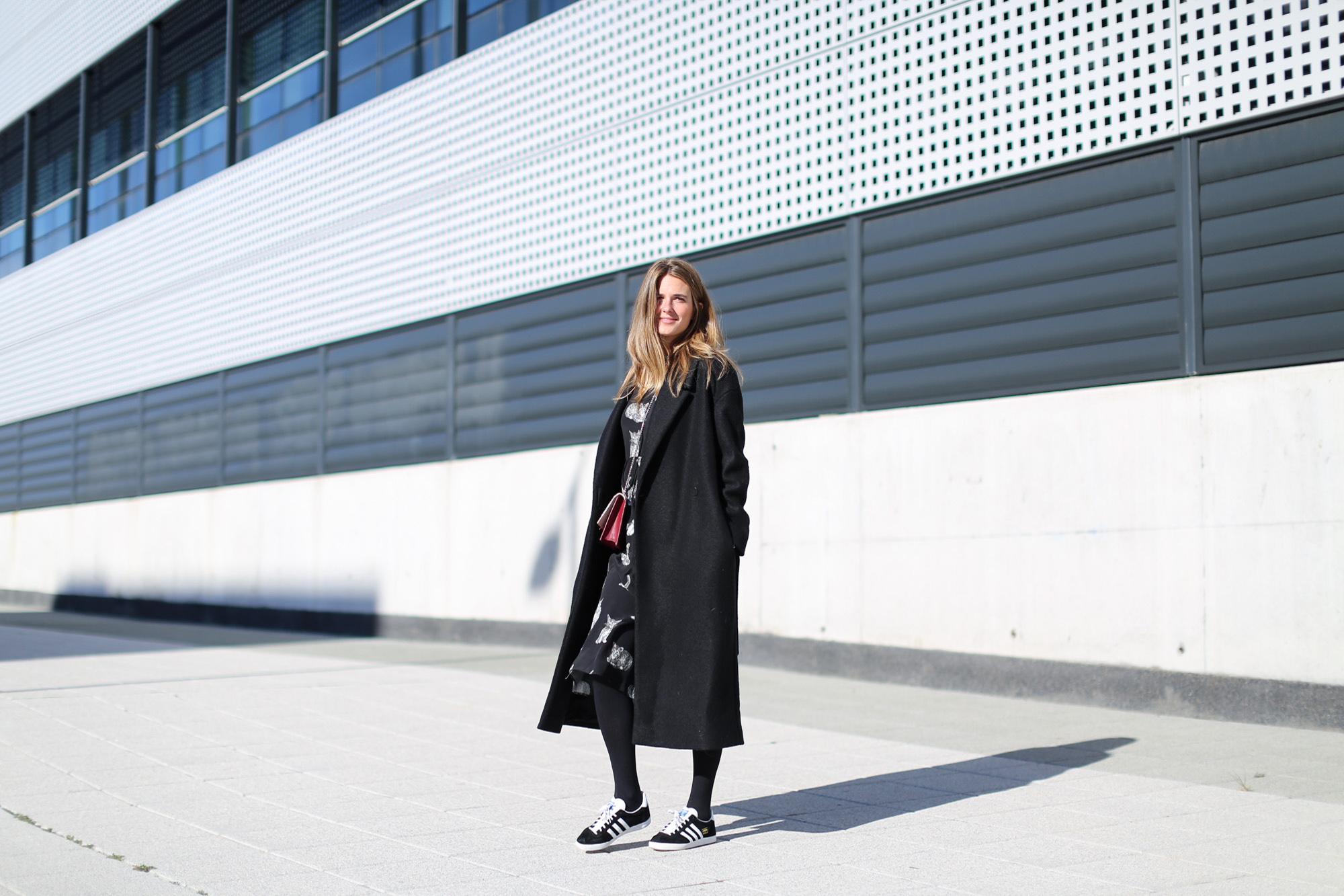 Clochet_fashionblogger_streetstyle_zaracatsprintdmididress_coslongwoolcoat_adidasgazelle_titamadridspiga-2