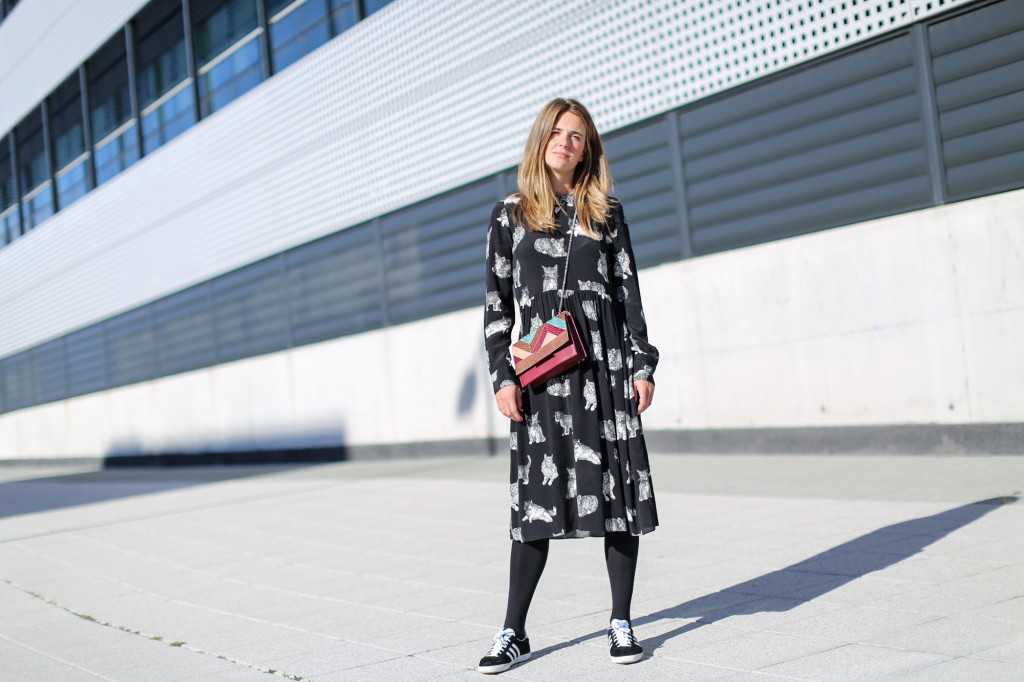 Clochet_fashionblogger_streetstyle_zaracatsprintdmididress_coslongwoolcoat_adidasgazelle_titamadridspiga-3