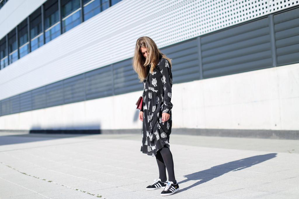 Clochet_fashionblogger_streetstyle_zaracatsprintdmididress_coslongwoolcoat_adidasgazelle_titamadridspiga-4