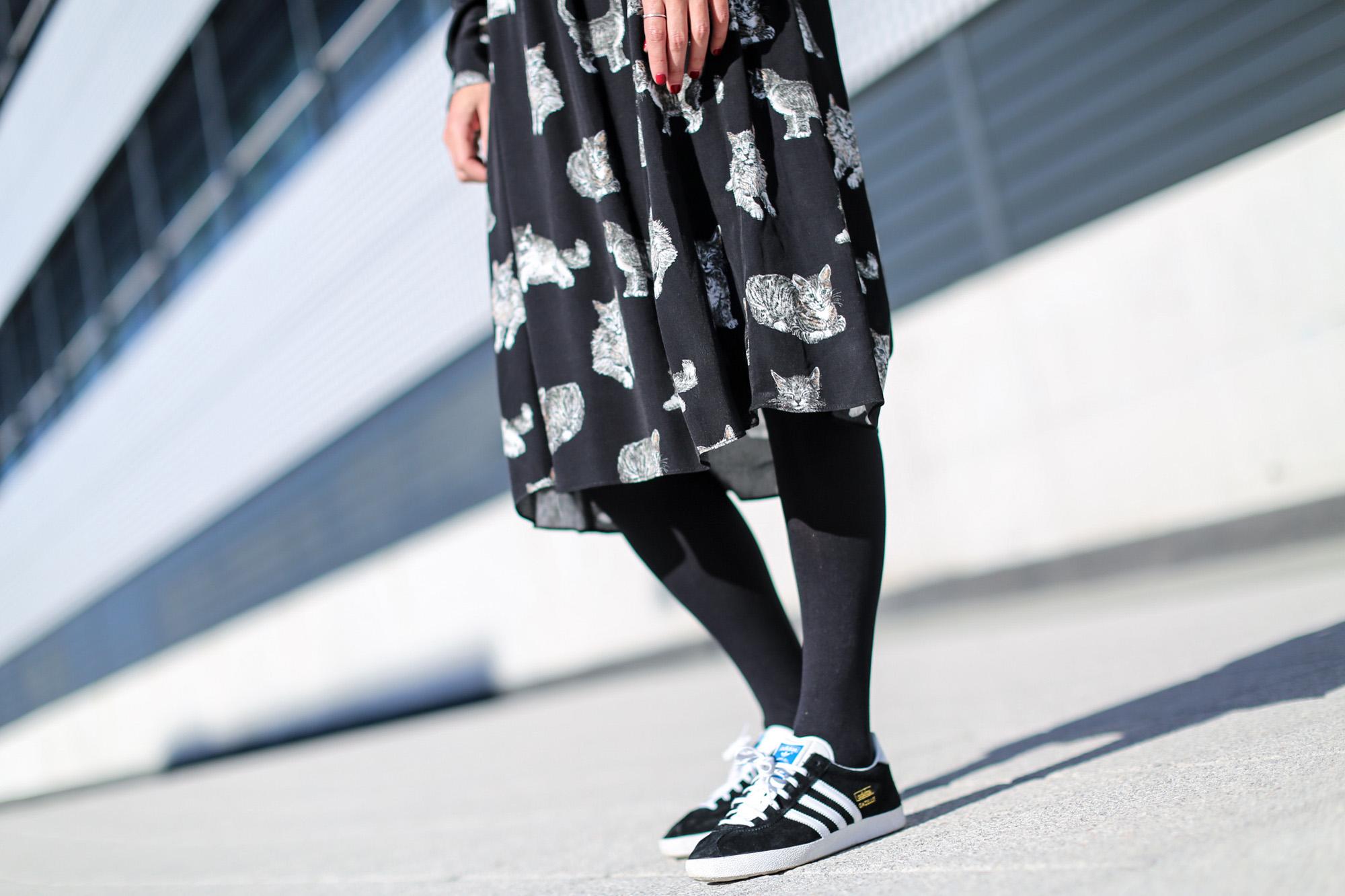 Clochet_fashionblogger_streetstyle_zaracatsprintdmididress_coslongwoolcoat_adidasgazelle_titamadridspiga-7