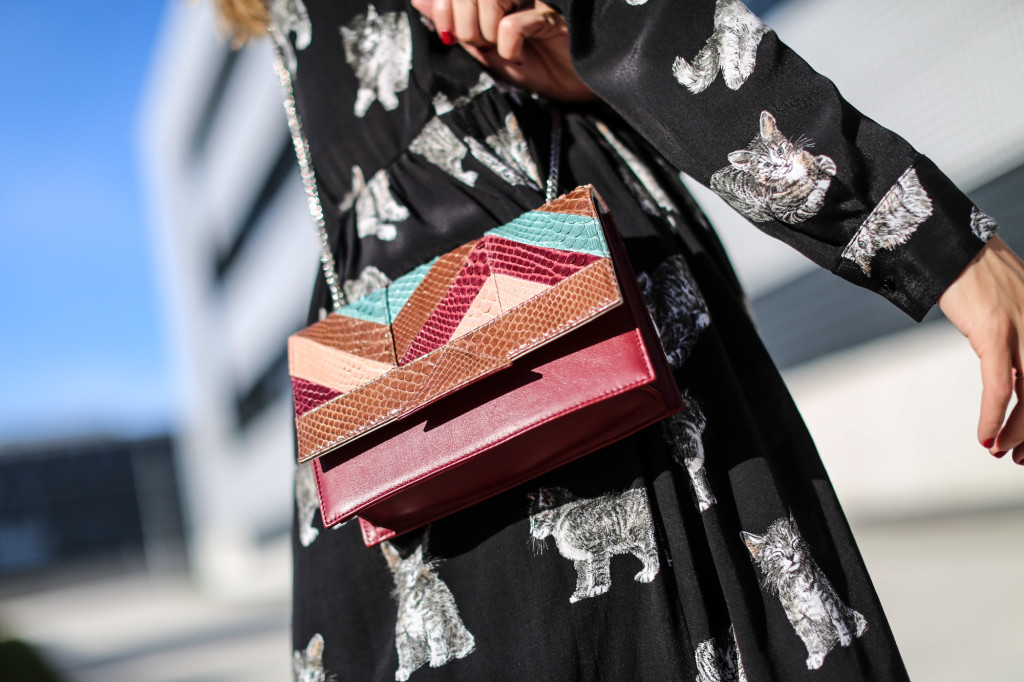 Clochet_fashionblogger_streetstyle_zaracatsprintdmididress_coslongwoolcoat_adidasgazelle_titamadridspiga-8