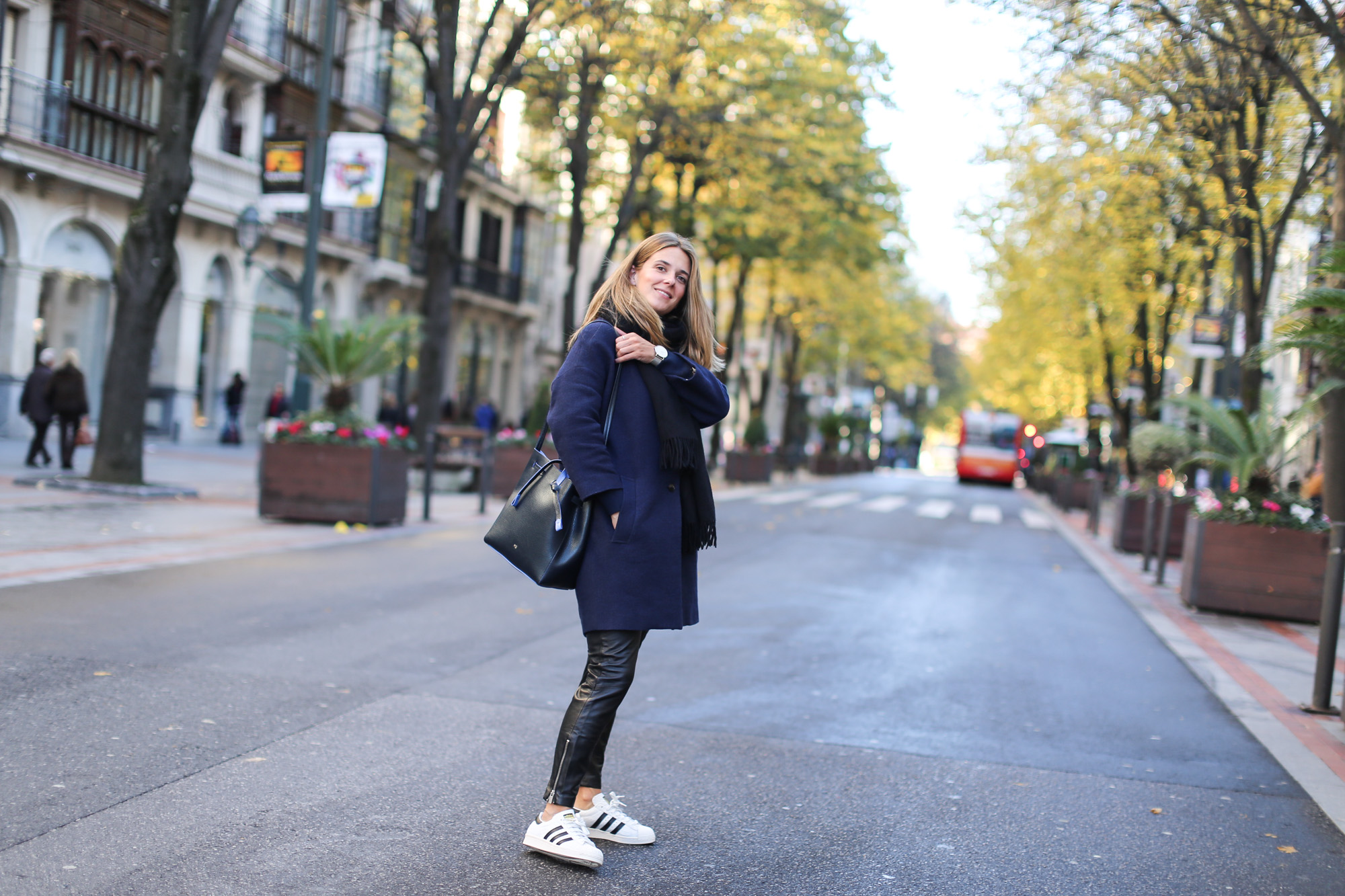 Clochet_streetstyle_fashionblogger_bilbao_masscobCoulsonCoat_trimmerbilbao_adidassuperstar