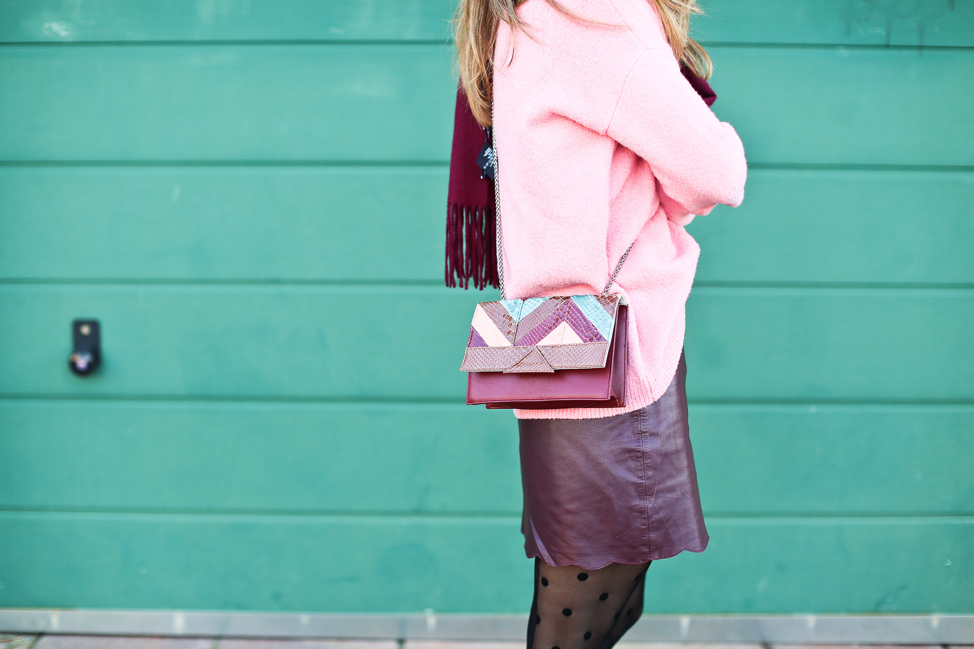 Clochet_streetstyle_fashionblogger_Max&Co_leatherminiskirt_andtherstories_pinksweater_celinesunglasses-11