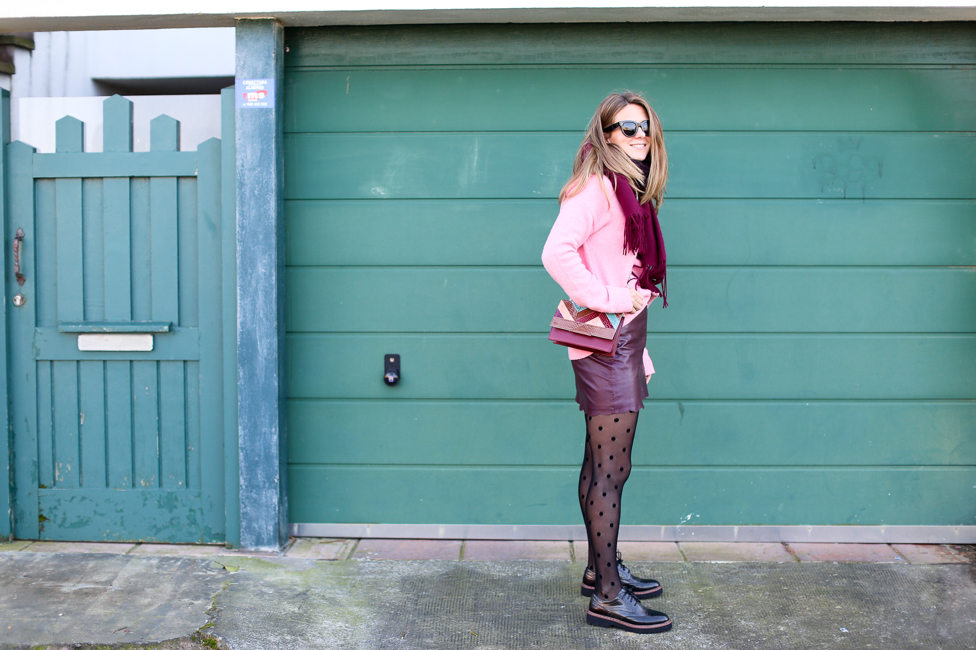 Clochet_streetstyle_fashionblogger_Max&Co_leatherminiskirt_andtherstories_pinksweater_celinesunglasses-3