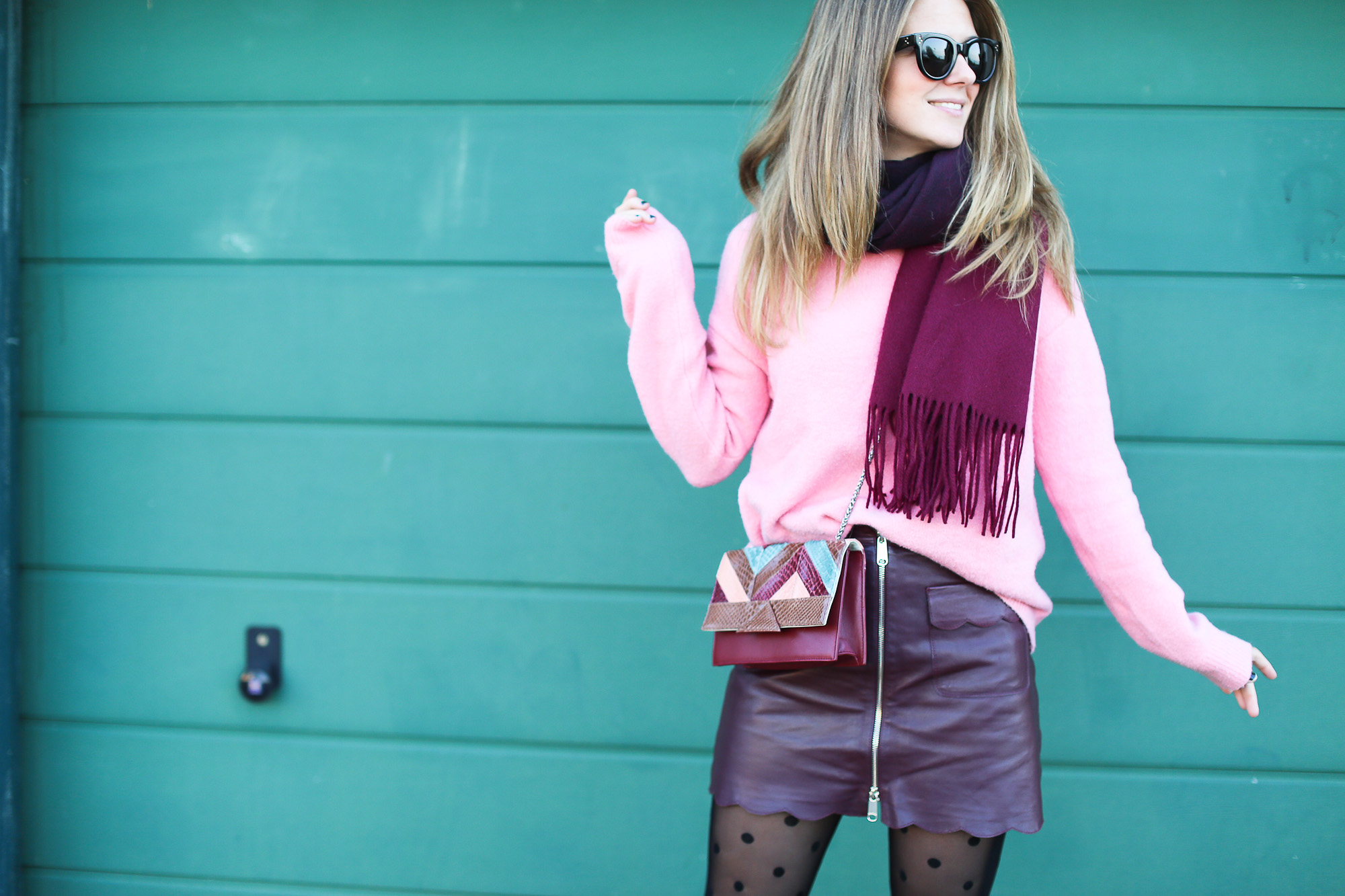 Clochet_streetstyle_fashionblogger_Max&Co_leatherminiskirt_andtherstories_pinksweater_celinesunglasses-4