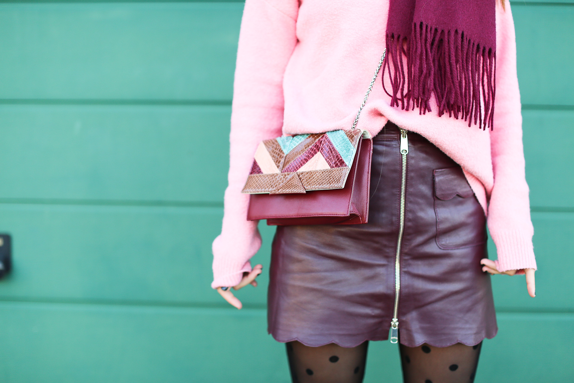 Clochet_streetstyle_fashionblogger_Max&Co_leatherminiskirt_andtherstories_pinksweater_celinesunglasses-6