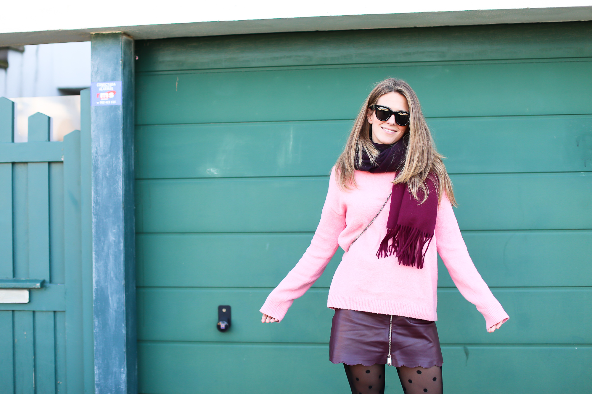 Clochet_streetstyle_fashionblogger_Max&Co_leatherminiskirt_andtherstories_pinksweater_celinesunglasses-8