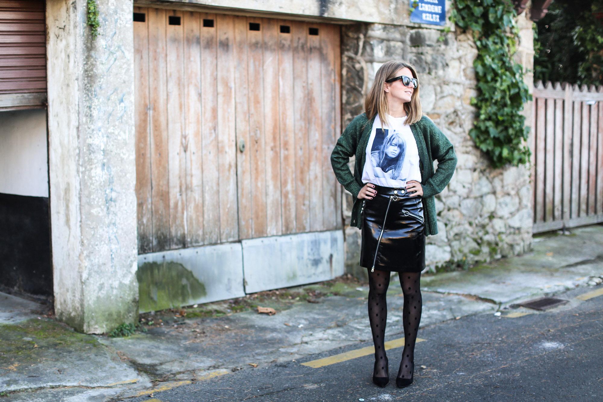 clochet_streetstyle_fashionblogger_minifaldarockeracharolzara_camiserahardypromod_abrigolargolanacos-2