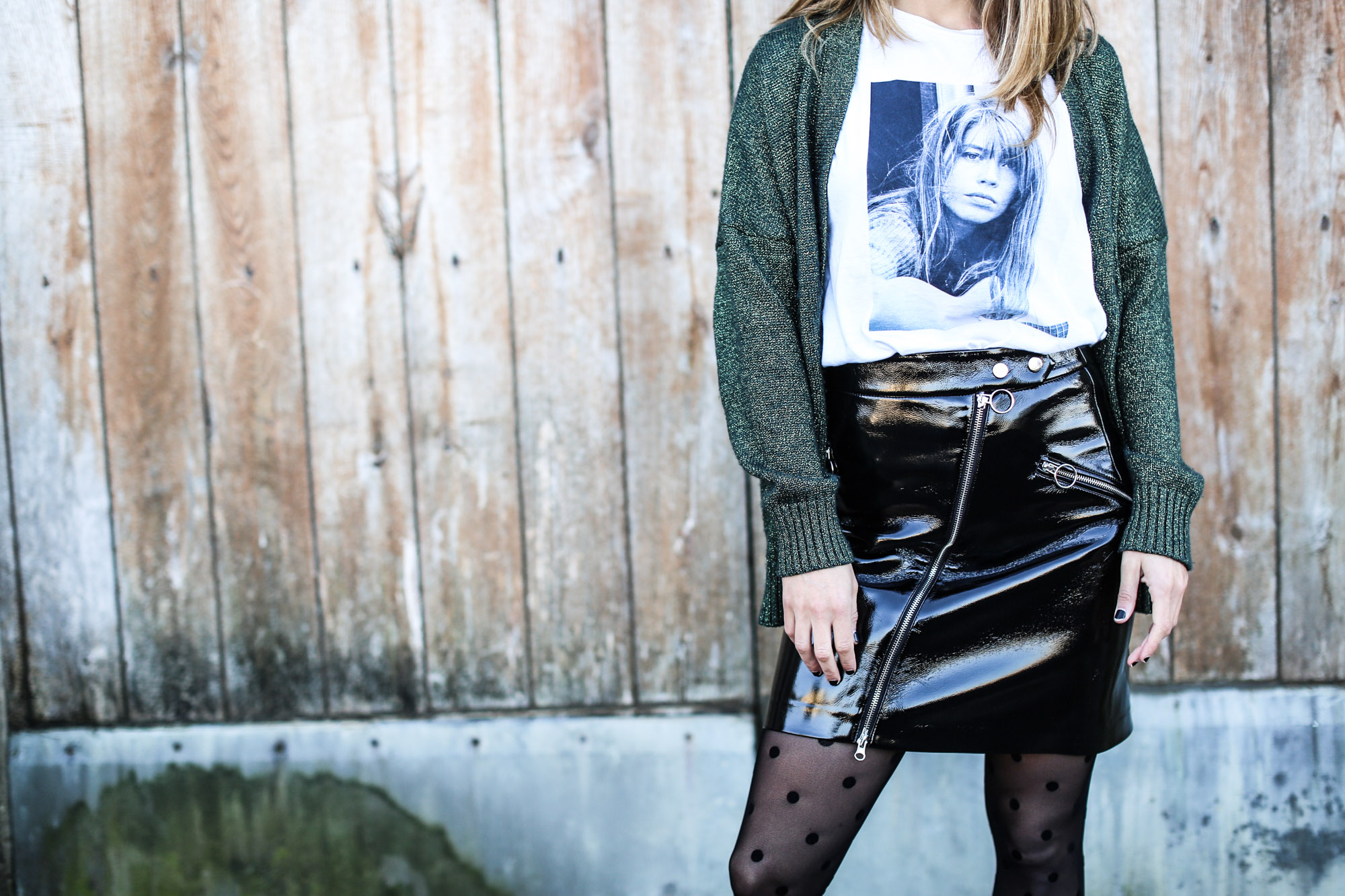 clochet_streetstyle_fashionblogger_minifaldarockeracharolzara_camiserahardypromod_abrigolargolanacos-6