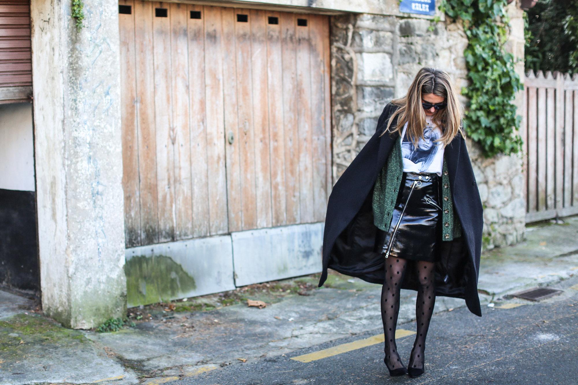 clochet_streetstyle_fashionblogger_minifaldarockeracharolzara_camiserahardypromod_abrigolargolanacos