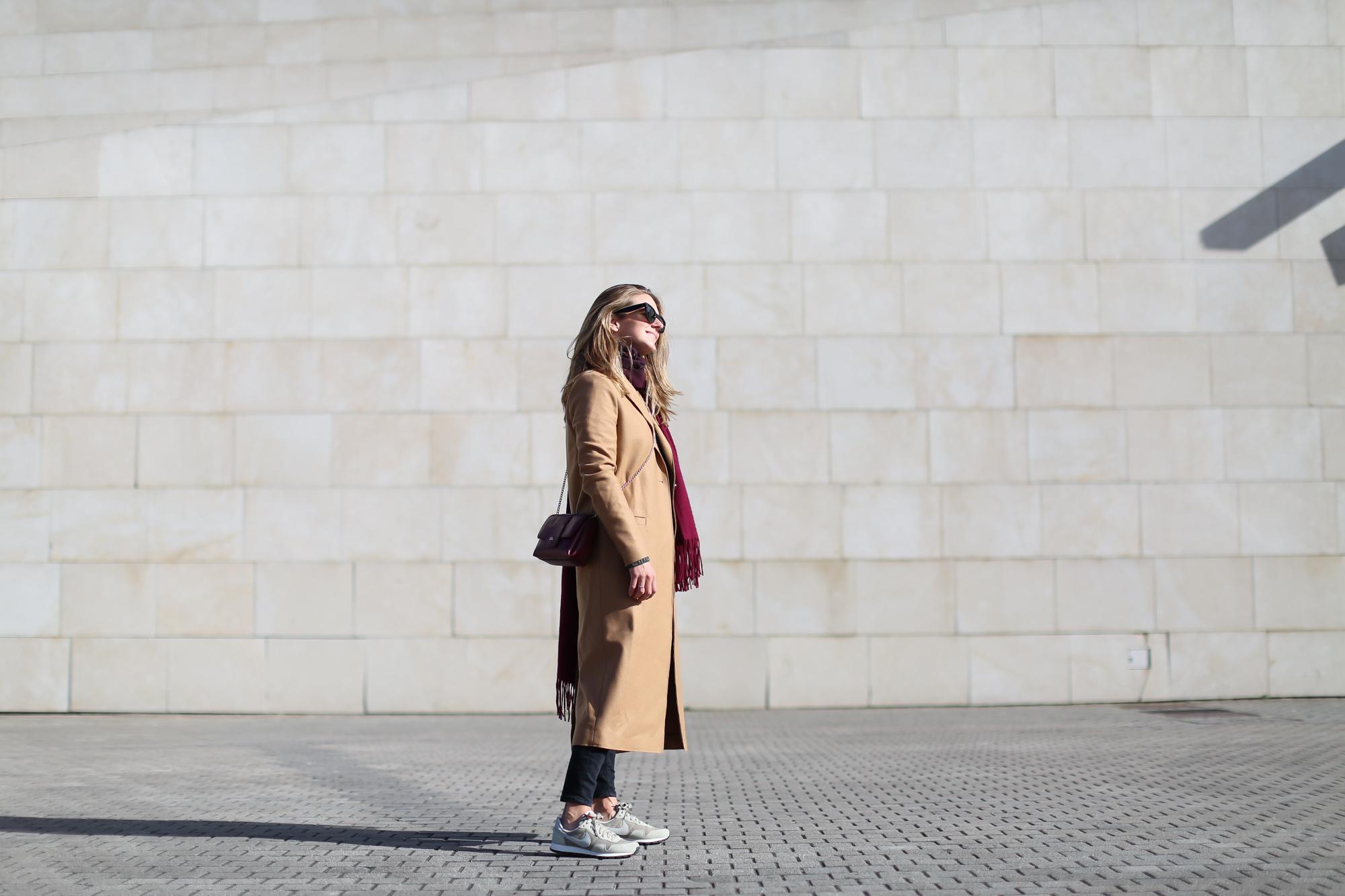 Clochet_streestyle_fashionblogger_&otherstories_abrigocamel_nikepegasus_topshopjamiejeans-2