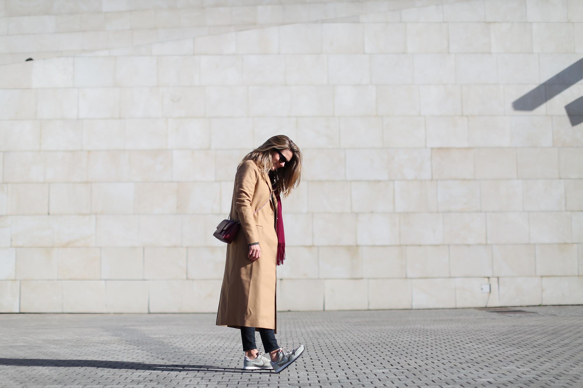 Clochet_streestyle_fashionblogger_&otherstories_abrigocamel_nikepegasus_topshopjamiejeans-3