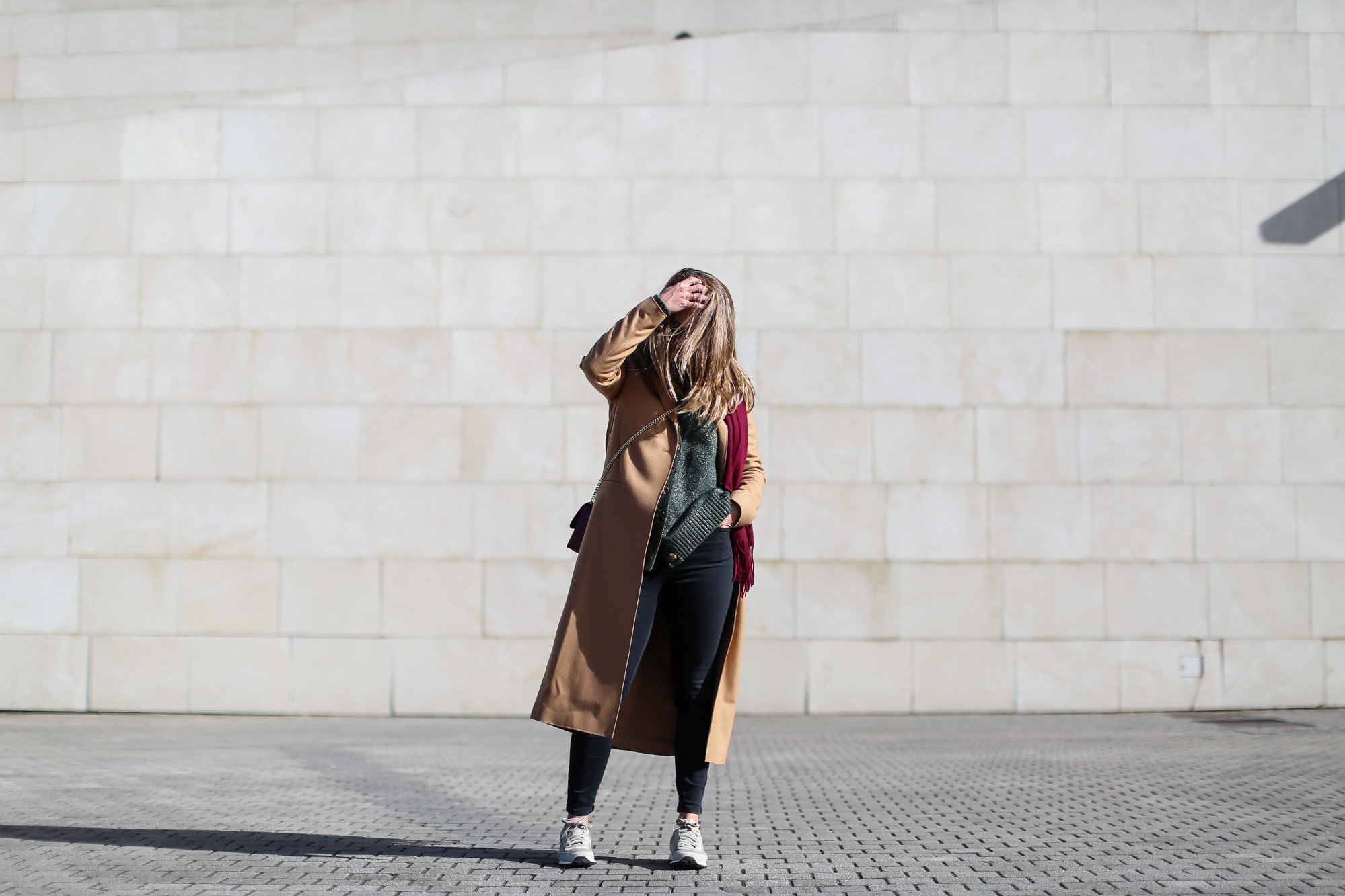 Clochet_streestyle_fashionblogger_&otherstories_abrigocamel_nikepegasus_topshopjamiejeans-4