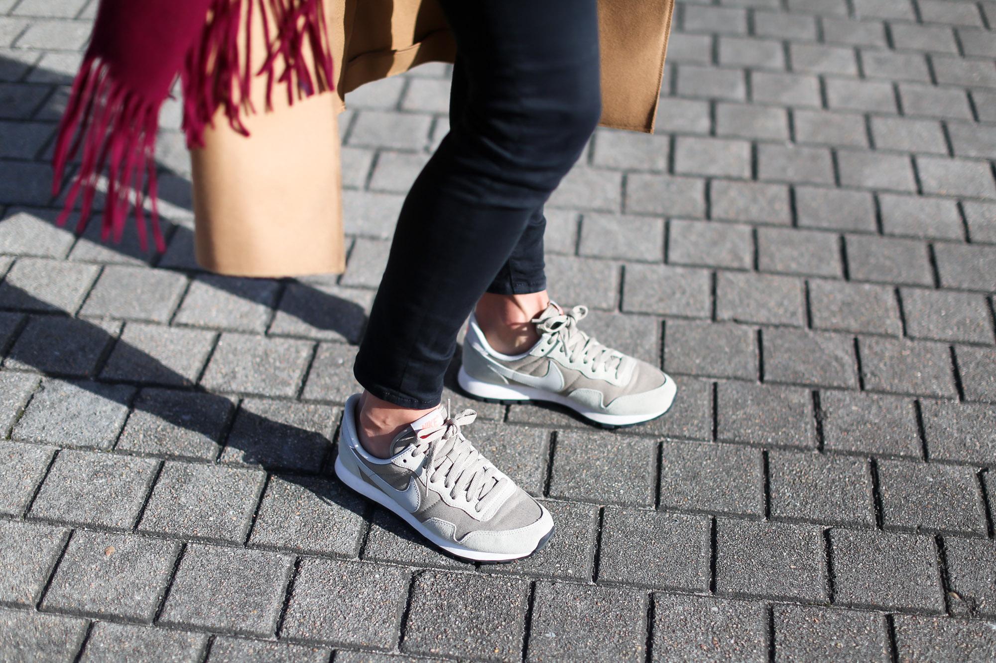 Clochet_streestyle_fashionblogger_&otherstories_abrigocamel_nikepegasus_topshopjamiejeans-8