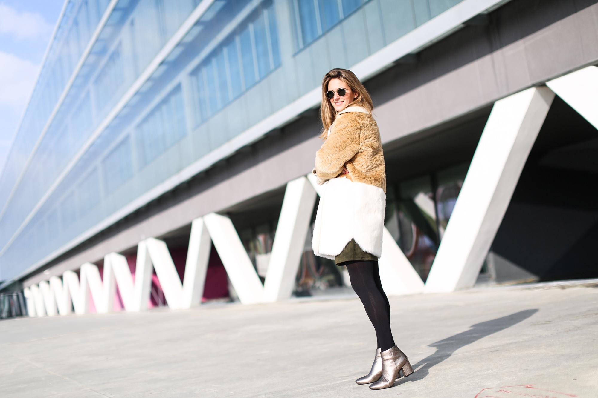Clochet_streetstyle_fashionblogger_asosfauxfurcoat_minifaldaantezara_botinespieldorados-3