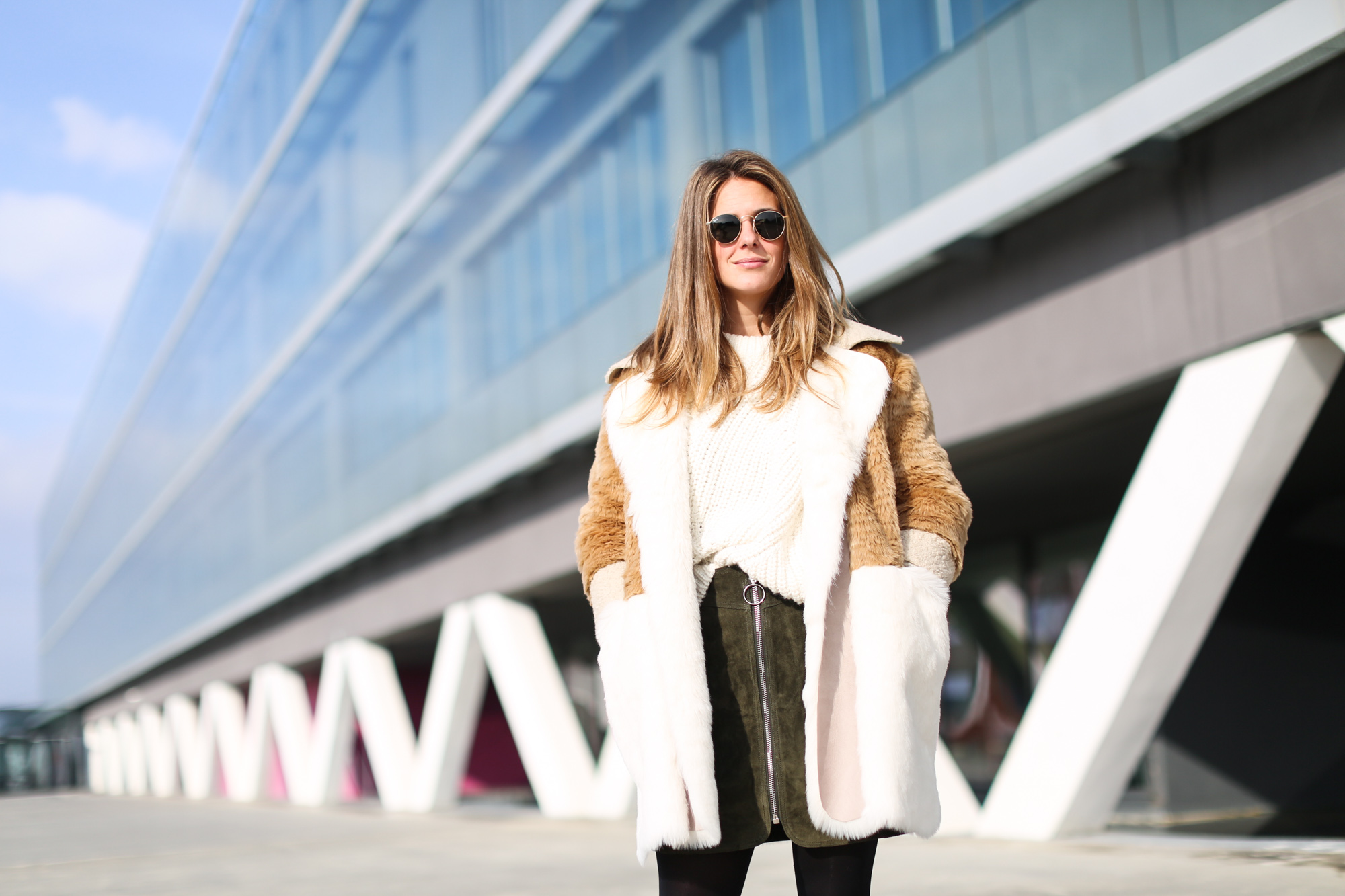 Clochet_streetstyle_fashionblogger_asosfauxfurcoat_minifaldaantezara_botinespieldorados-4