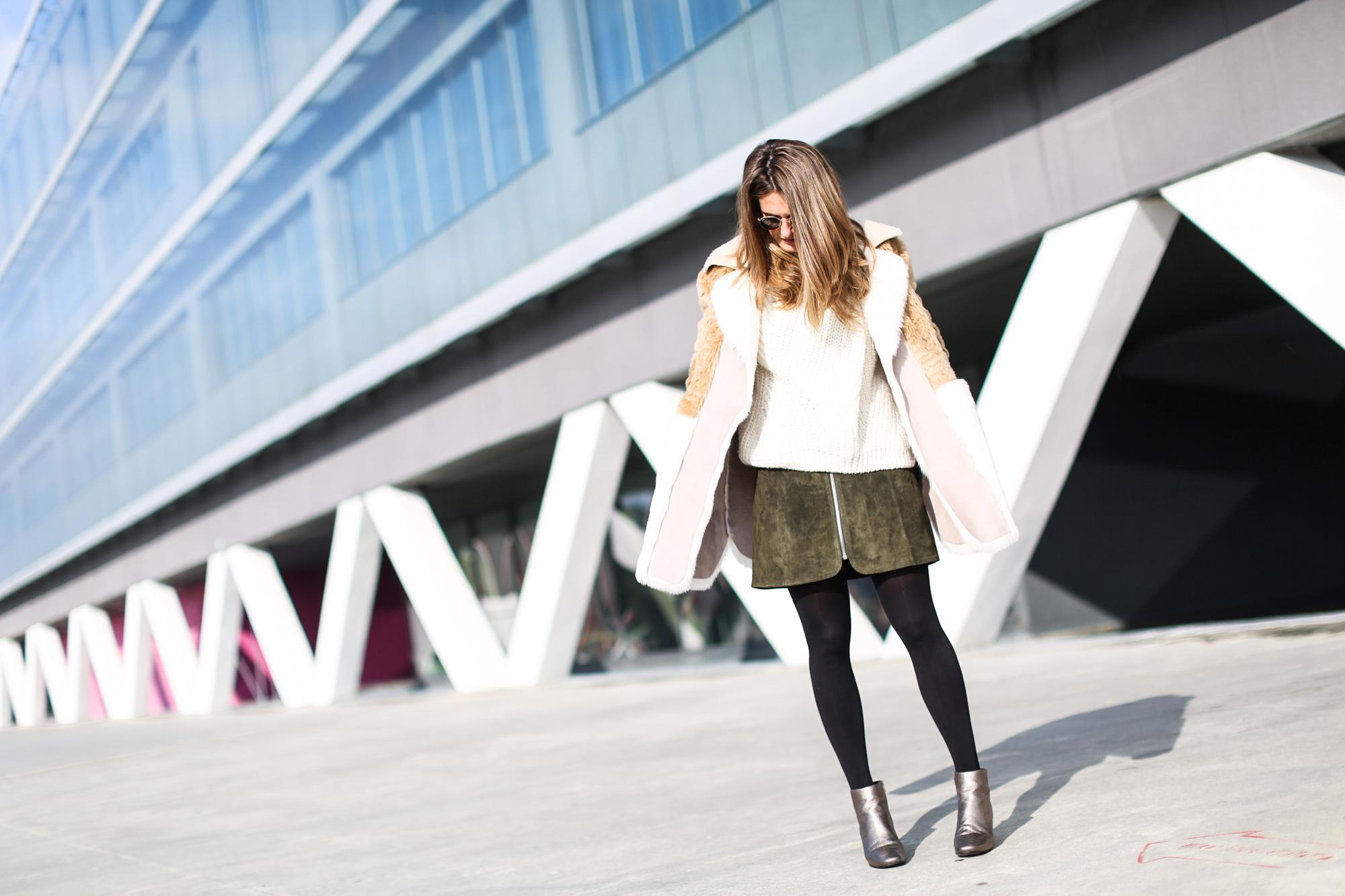 Clochet_streetstyle_fashionblogger_asosfauxfurcoat_minifaldaantezara_botinespieldorados