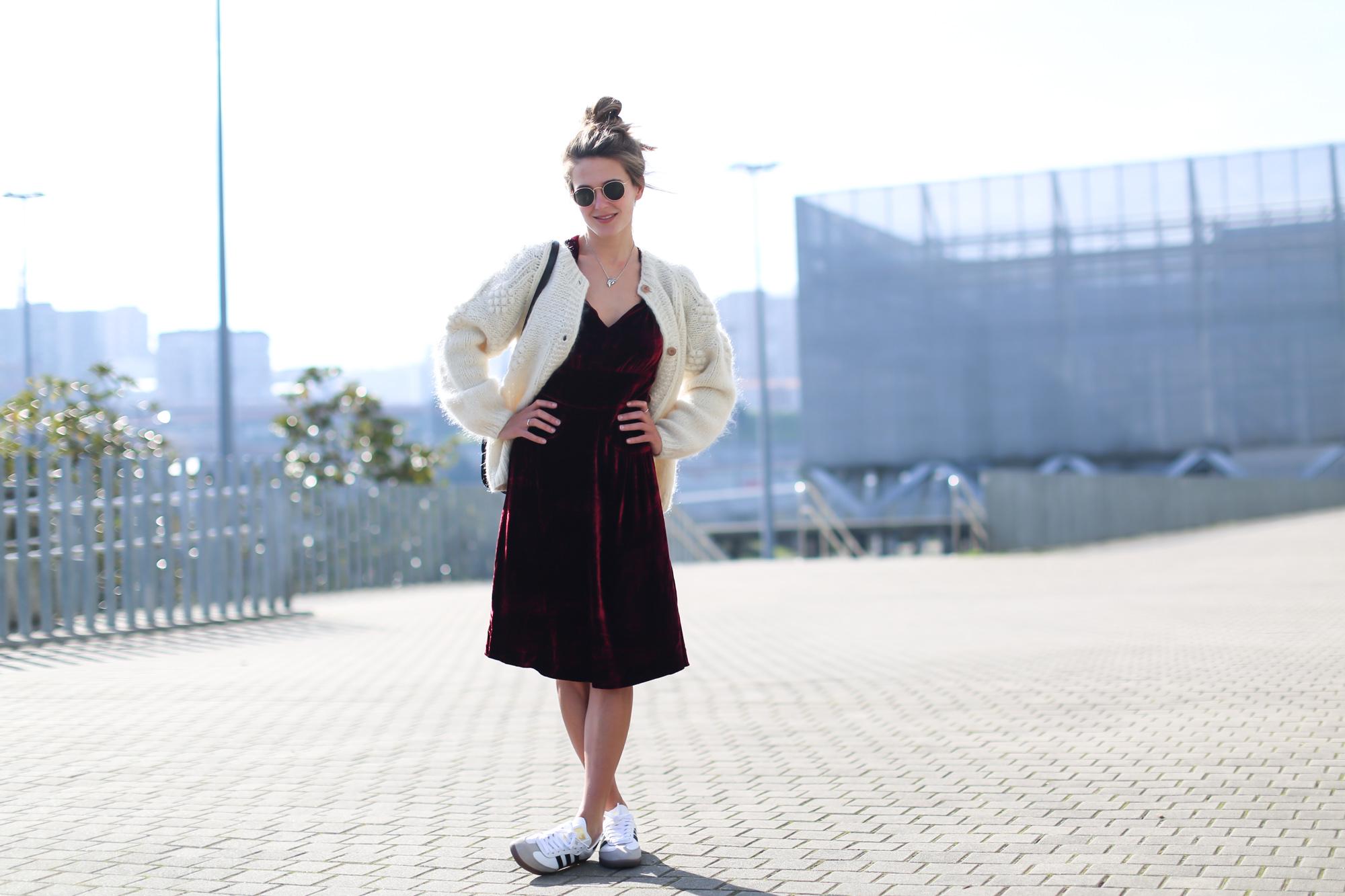 Clochet_streetstyle_fashionblogger_intropia_jerseylanaochosabiertogordito_vestidoterciopelomasscob_adidassambablancas-2