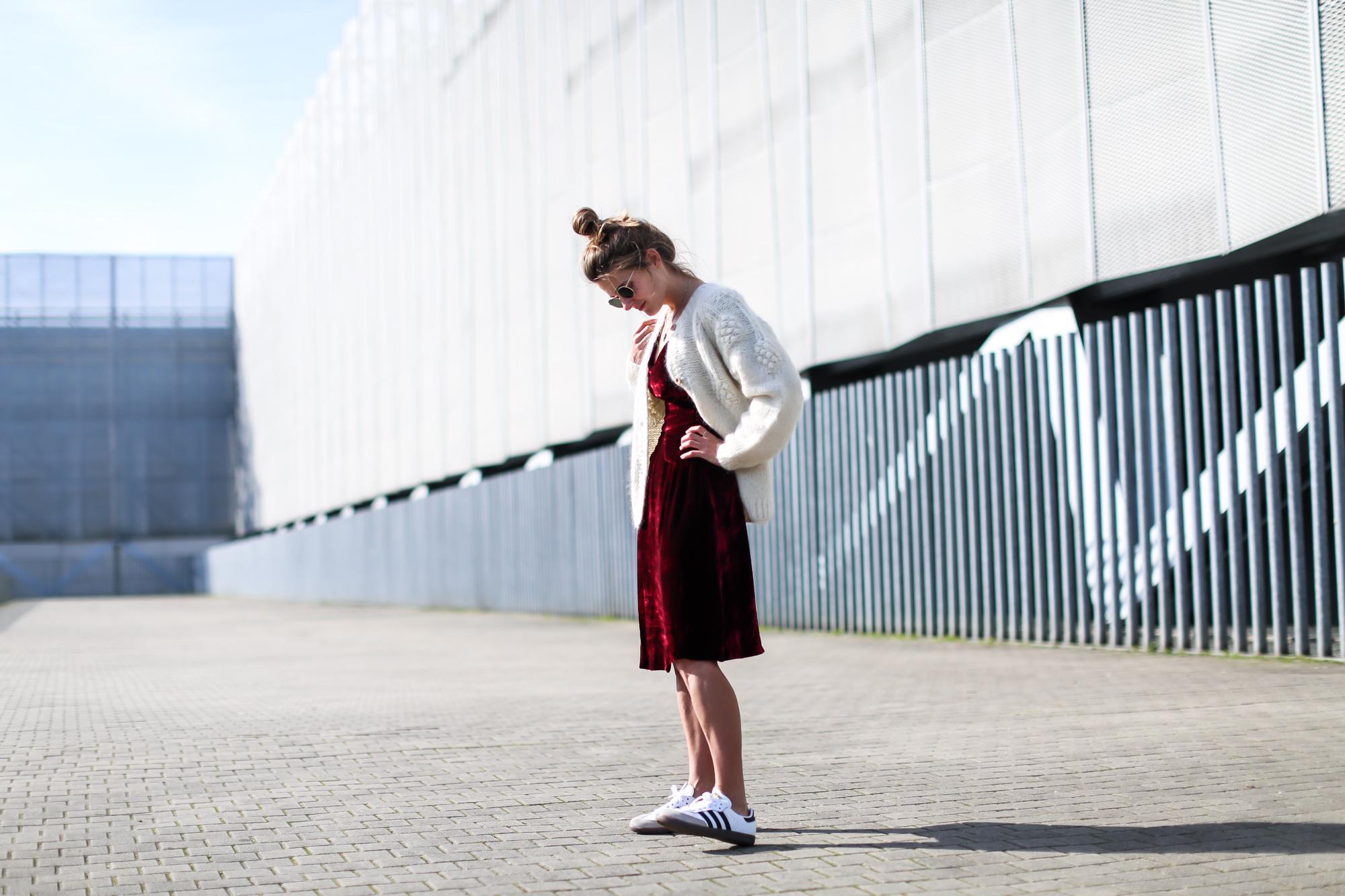 Clochet_streetstyle_fashionblogger_intropia_jerseylanaochosabiertogordito_vestidoterciopelomasscob_adidassambablancas-3