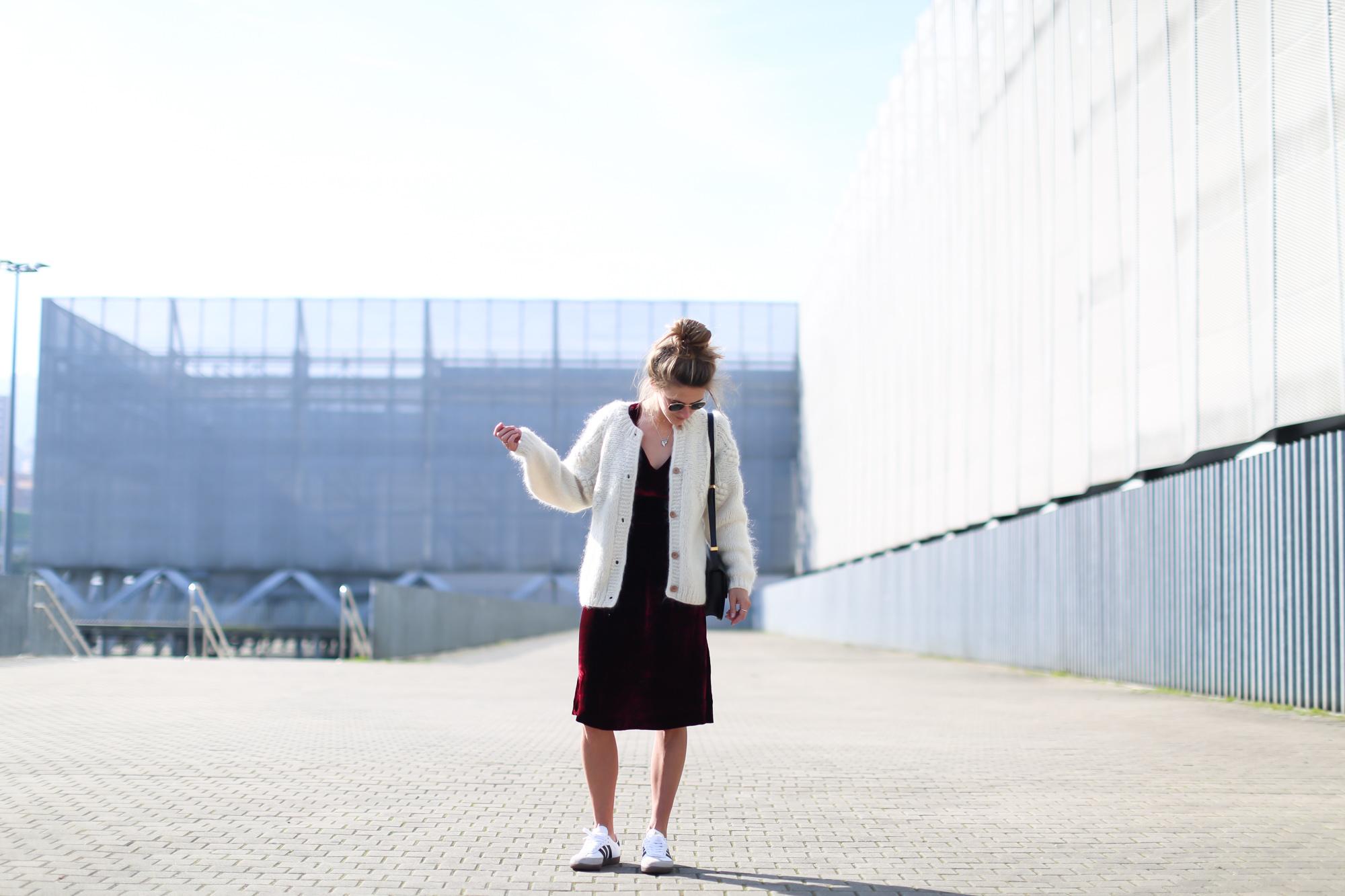 Clochet_streetstyle_fashionblogger_intropia_jerseylanaochosabiertogordito_vestidoterciopelomasscob_adidassambablancas-4