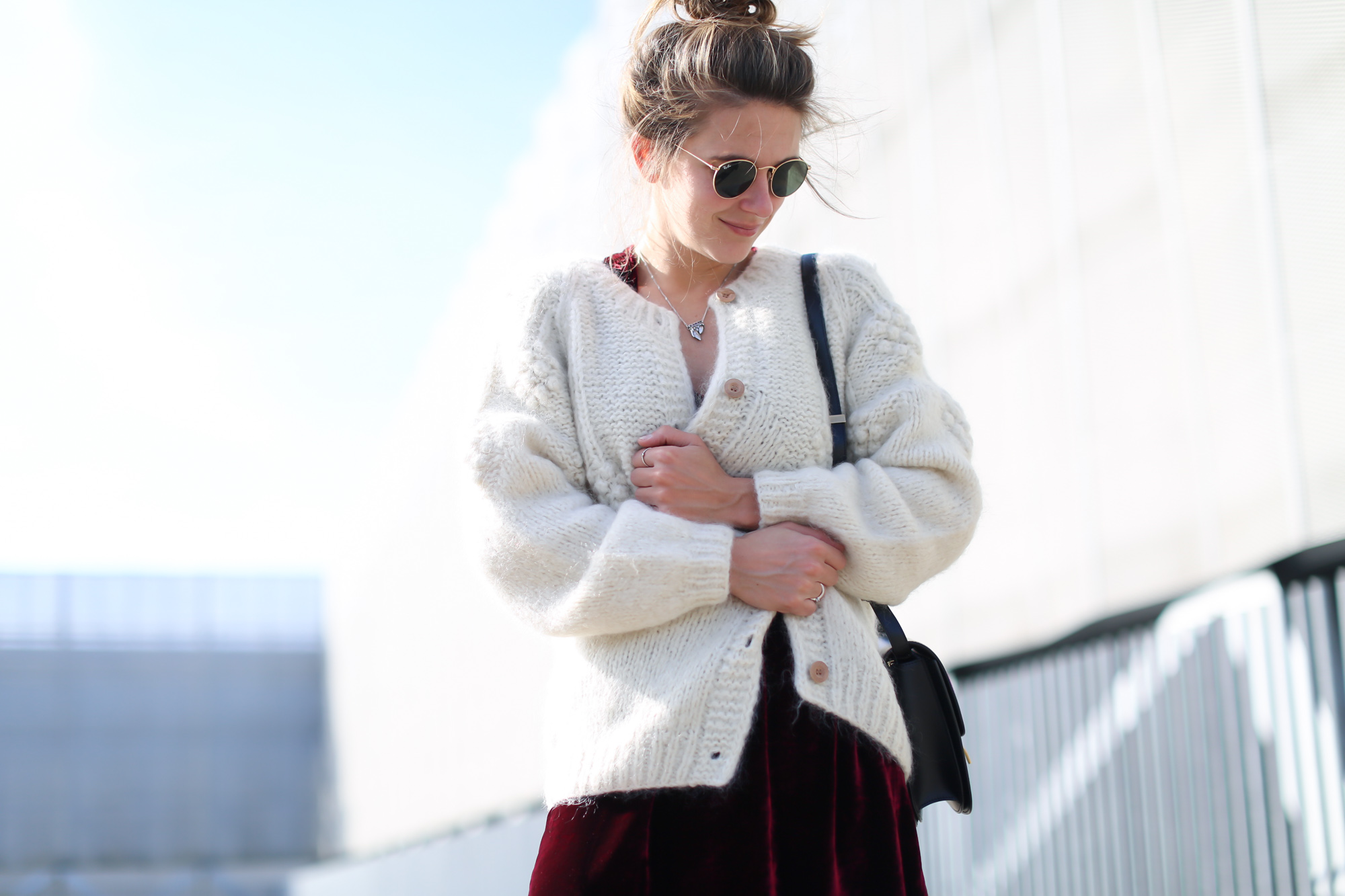 Clochet_streetstyle_fashionblogger_intropia_jerseylanaochosabiertogordito_vestidoterciopelomasscob_adidassambablancas-6