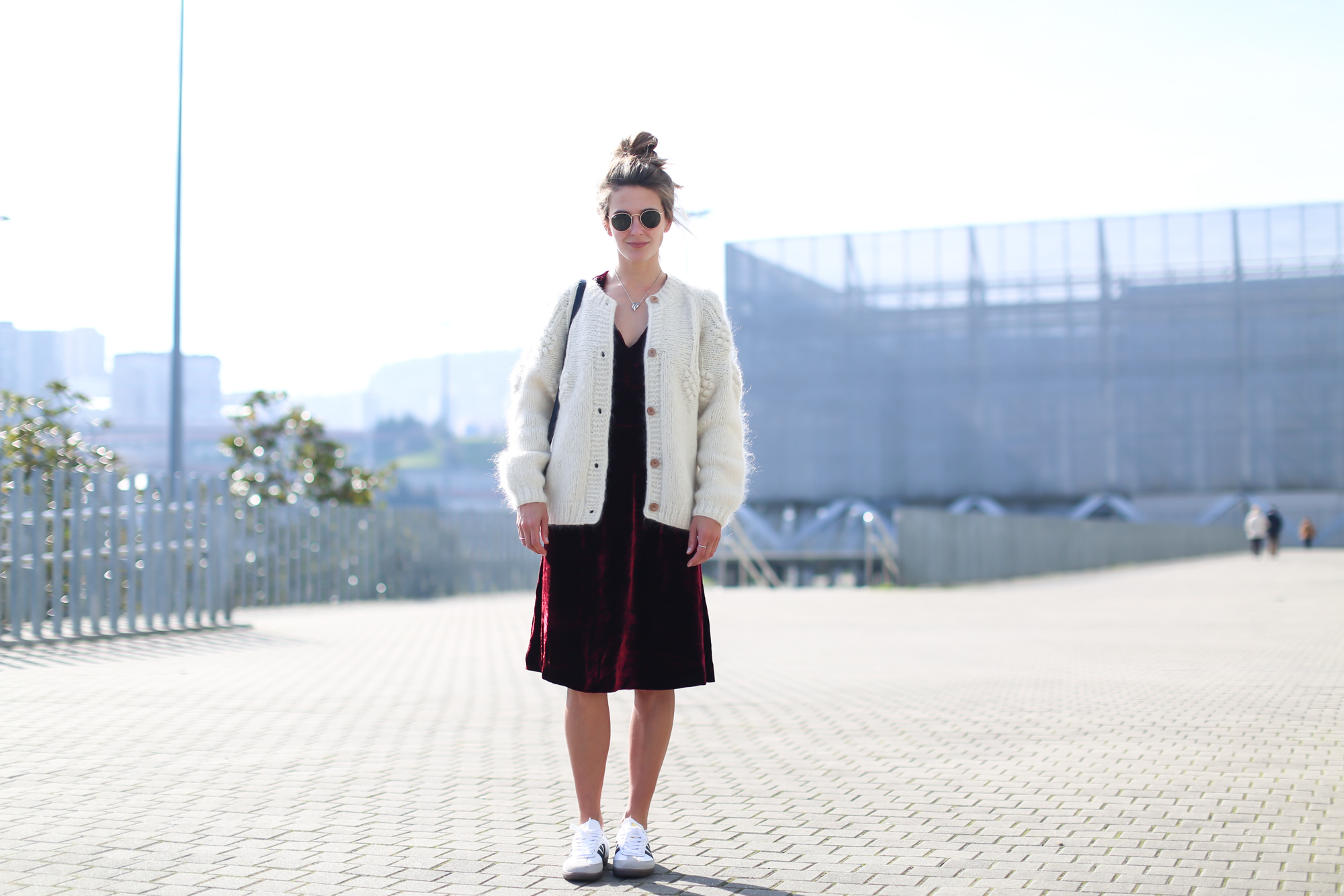 Clochet_streetstyle_fashionblogger_intropia_jerseylanaochosabiertogordito_vestidoterciopelomasscob_adidassambablancas