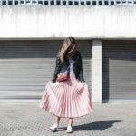 Falda plisada rosa con zapatillas