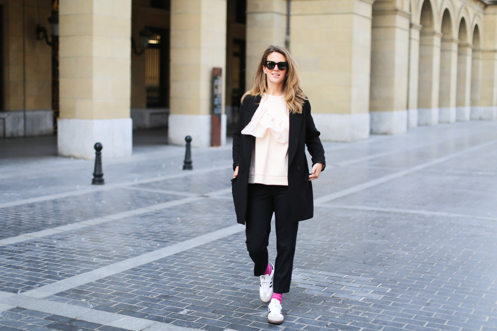 Clochet_streetstyle_fashionblogger_sudaderanudevolanteCOS_pantaloneschinoslanaCOS_adidasSambablancas